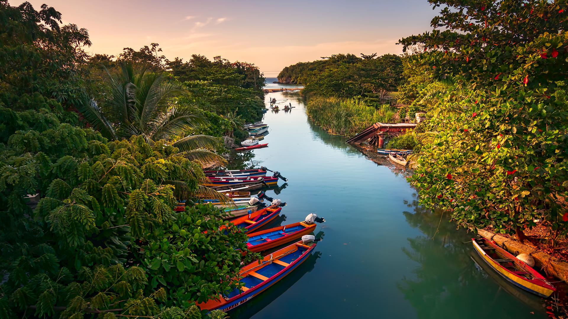 Incluso en una región repleta de joyas como el Caribe, Jamaica es una isla poderosamente hermosa.Desde las aguas cristalinas que fluyen sobre jardines de coral, que se sumergen en playas de arena suave,hasta losexuberantes bosques de plátanos en las montañas escarpadas