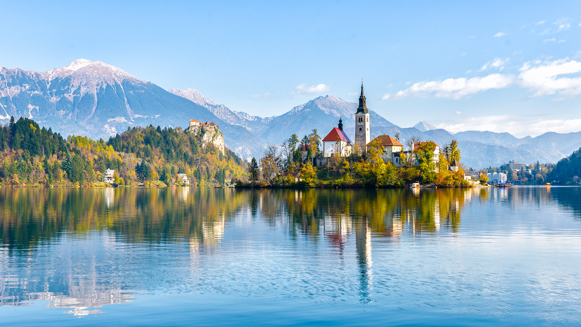 Un paraíso de picos nevados, ríos verde turquesa y costas venecianas, Eslovenia enriquece sus tesoros naturales con una arquitectura armoniosa, una cultura rústica encantadora y una gastronomía sofisticada