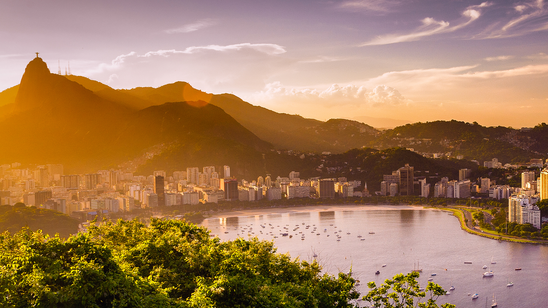 Brasil, uno de los lugares más cautivadores del mundo, es un país de playas de arena blanca, bosques tropicales y metrópolis salvajes y llenas de ritmo