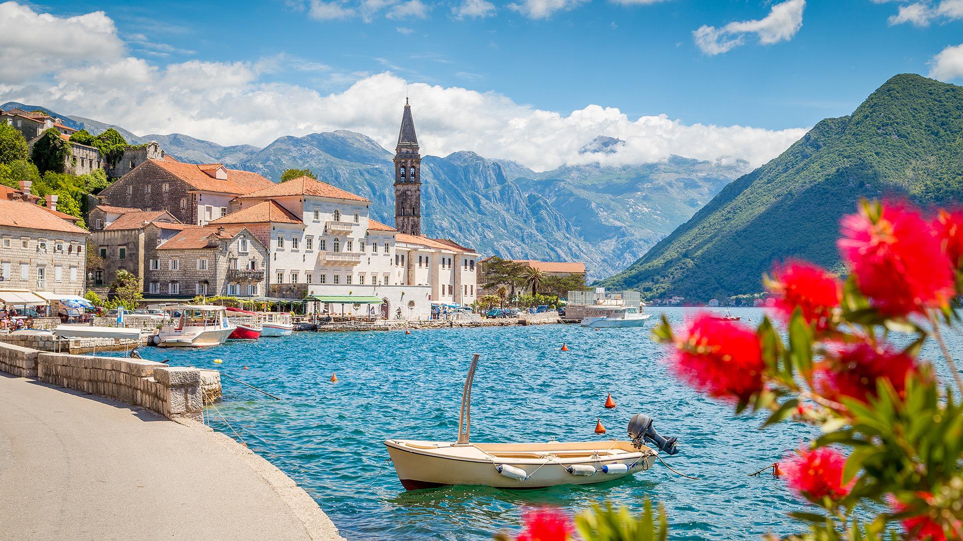 Ni siquiera hay 300 km de punta a punta, pero la costa de Montenegro se encuentra entre algunos de los paisajes costeros más espectaculares de Europa. Las montañas sobresalen bruscamente de las aguas cristalinas y las antiguas ciudades amuralladas se aferran a las rocas y sumergen sus pies en el agua como si fueran viajeros