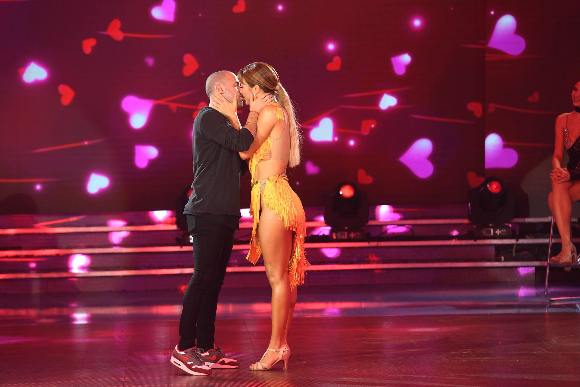 """¡Lluvia de corazones! La relación de Flor Vigna y Matías Napp ya superó las fronteras del """"Bailando 2019"""". Aunque también allí lo demuestran, para quien quiera verlos… (Foto: LaFlia / Negro Luengo)"""