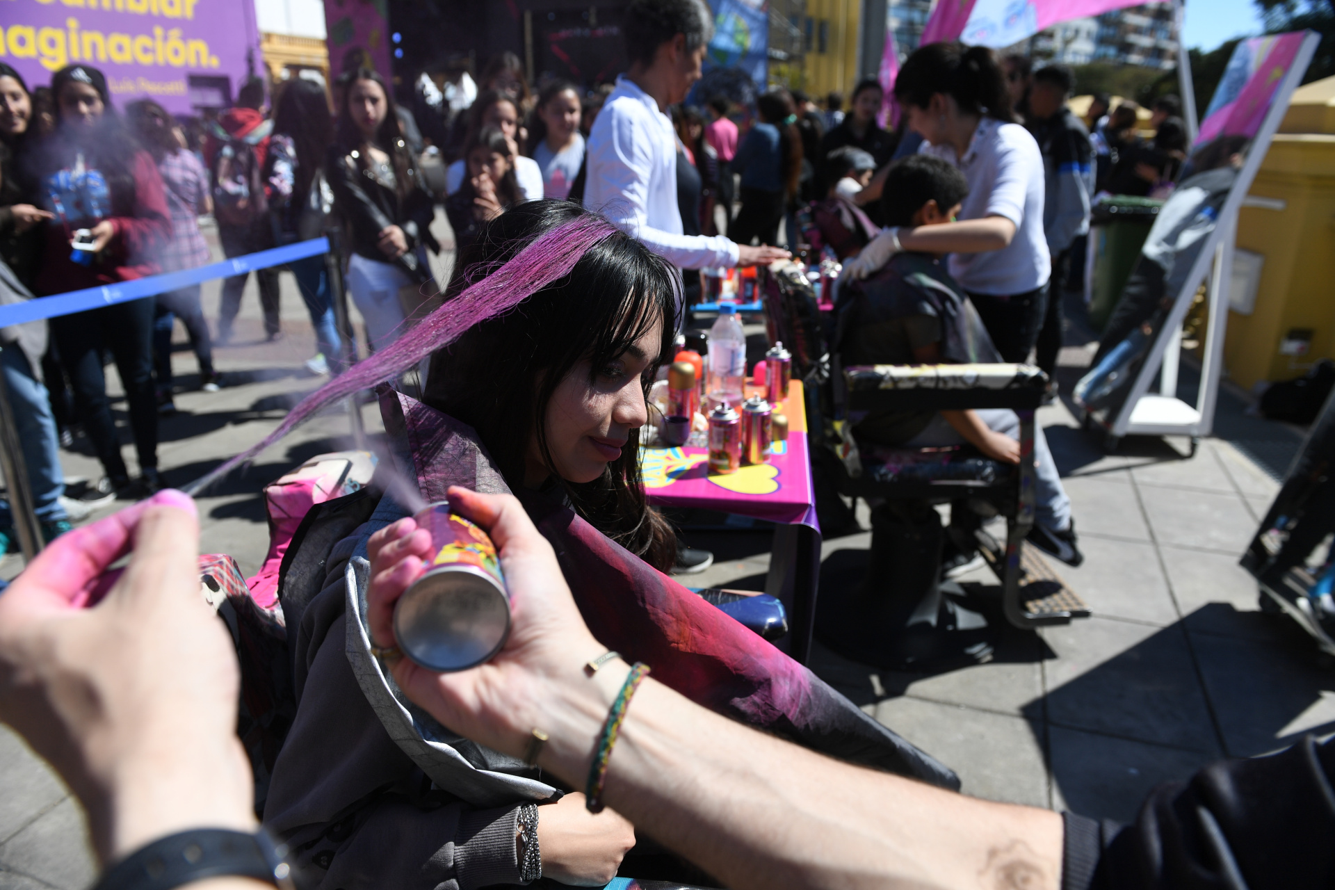 Para quienes quieran teñir su pelo con aerosol, pueden hacerlo en la terraza del Centro Cultural Recoleta en diferentes colores. Esta fue una de las atracciones más divertidas para las chicasy los varones