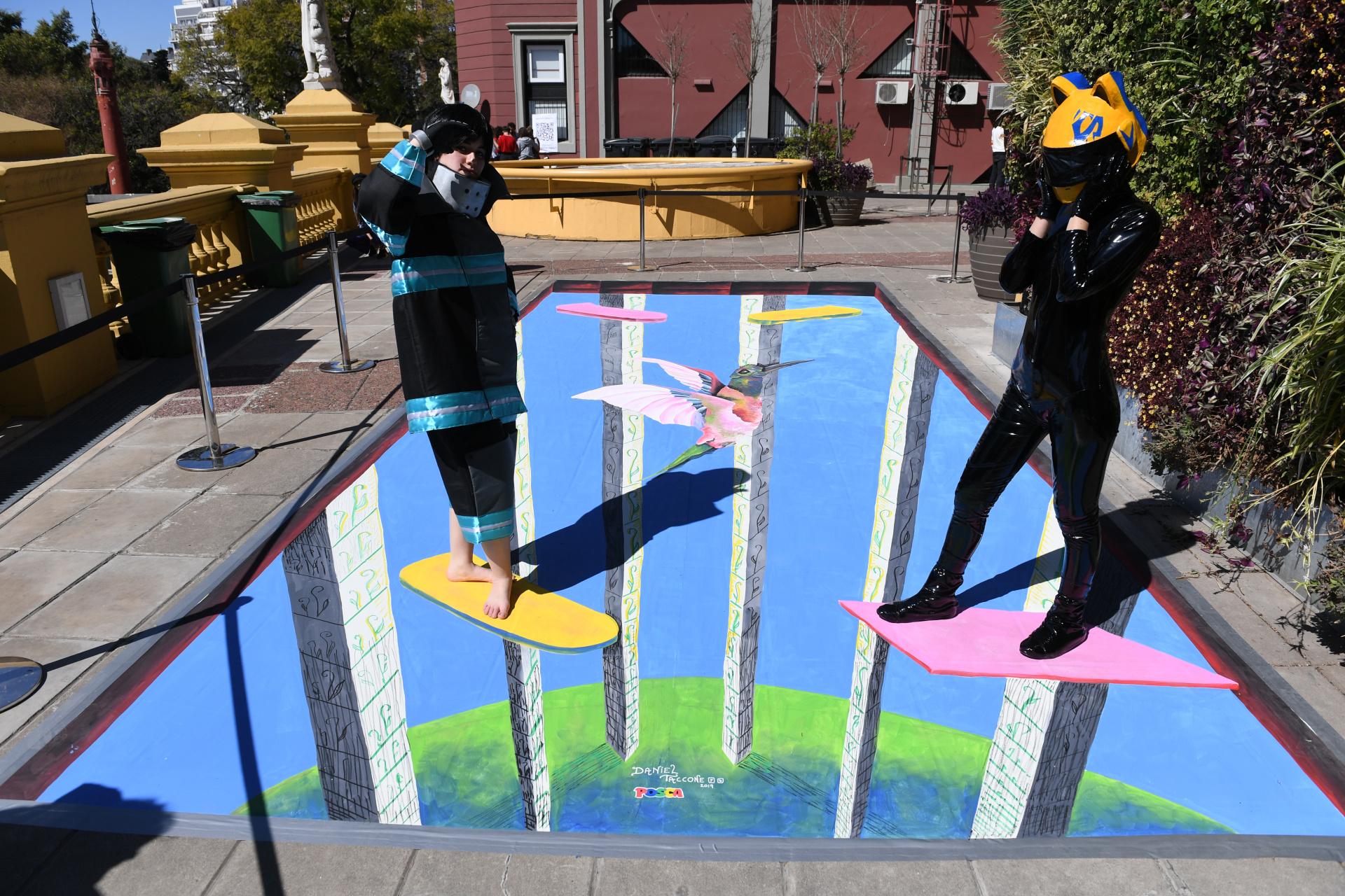 """Sobre el piso, una gran pintura de dos artistas centennials. Todo el evento está realizado por adolescentes. """"El Festival Clave es un espacio para conocer la cultura centennial"""", dijo en diálogo con Infobae, Joaquín Verdeja (17 años), uno de los organizadores del evento"""