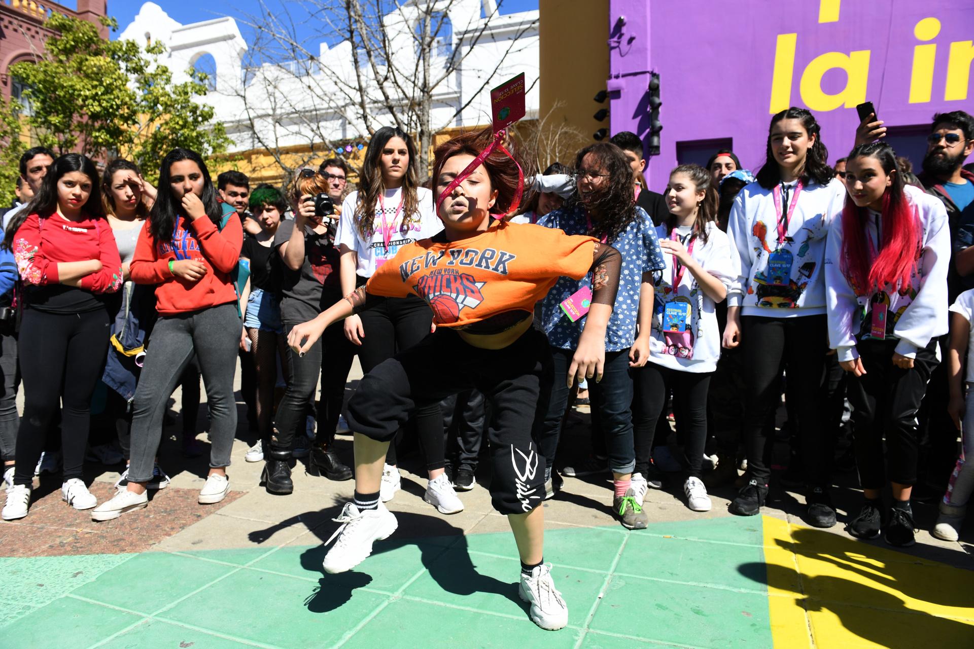 """Aplaudida por muchos chicos de su misma edad, una chica bailó delante de todos unos pasos de hip-hop.""""De esta edición esperamos que cada persona que vaya pueda disfrutar y ver la diversidad que hay en cada joven y su propuesta"""", dijo Natalia Horenczyk de 17 años, una de las organizadoras de Clave a Infobae"""
