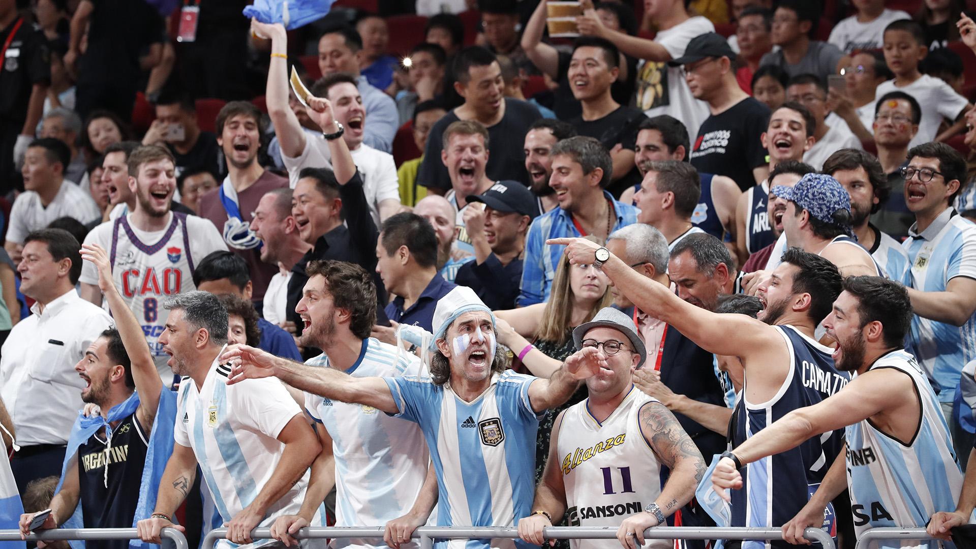 Antes del partido, la hinchada argentina alentaba confiada. (Reuters)