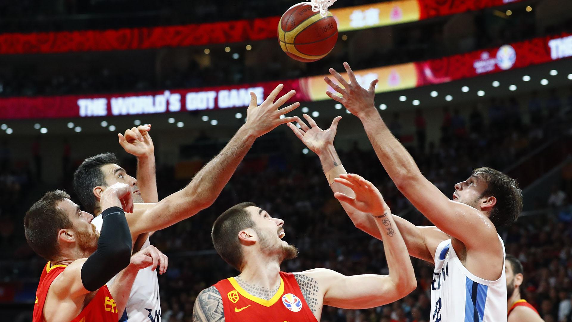 Scola y Delía buscan debajo del aro español.(Reuters)
