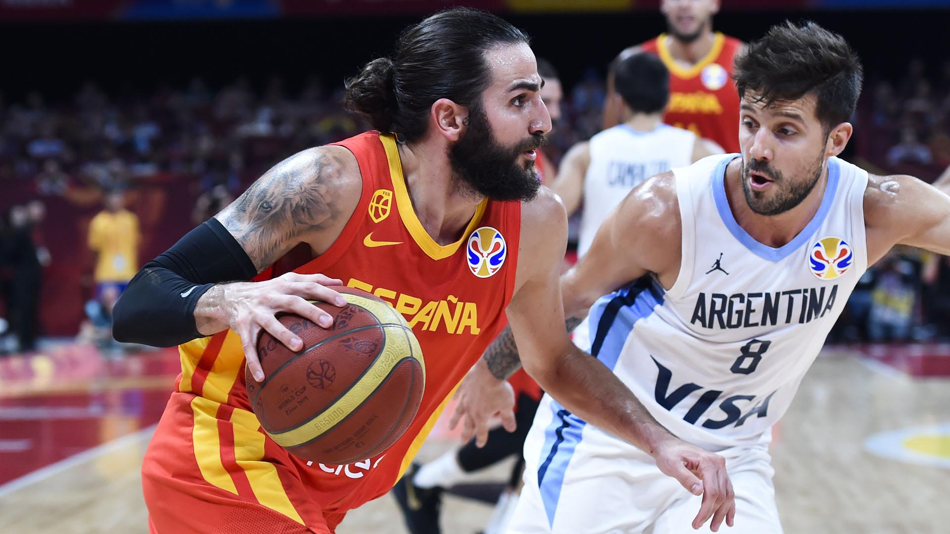 El MVP del campeonato, Ricky Rubio frente a Laprovittola. (AFP)