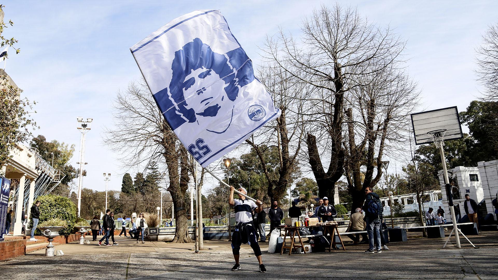 Banderas flameando para recibir al técnico debutante en el club