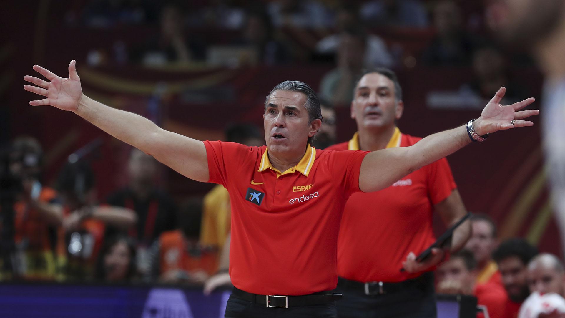 Sergio Scariolo no dejó de hacer gestos ampulosos pese a que la ventaja de su equipo estaba consolidada faltando cuatro minutos. (AP)
