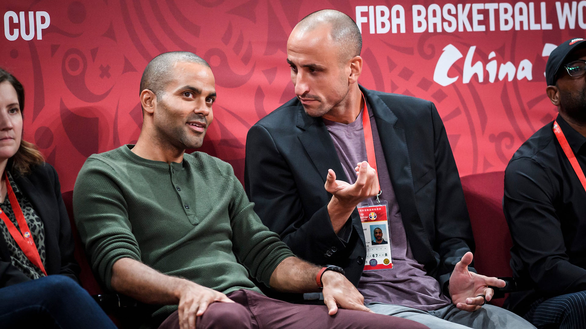 Manu parece intentar encontrar explicaciones junto a su amigo y ex compañero Tony Parker (Twitter: @FIBAWC)
