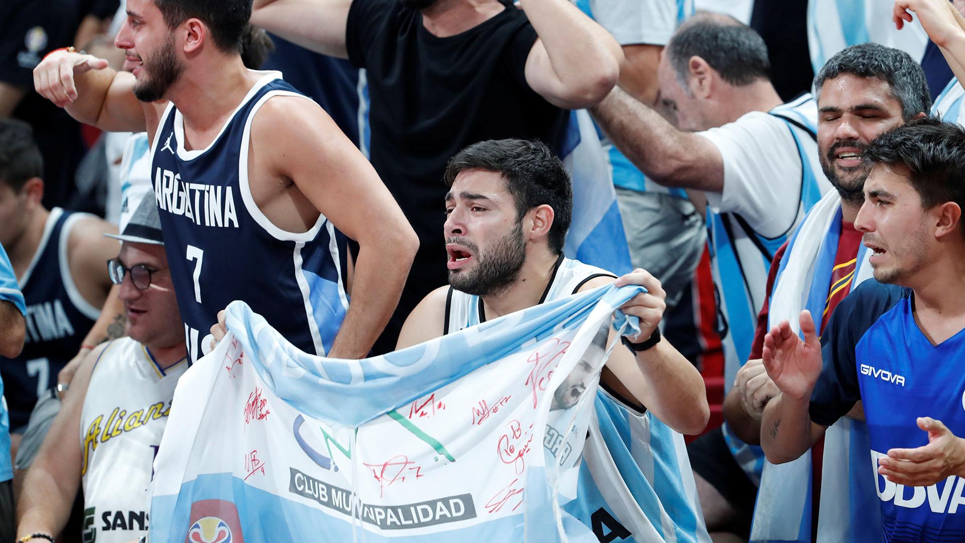 El hincha argentino llora tras el cierre del partido. (Reuters)