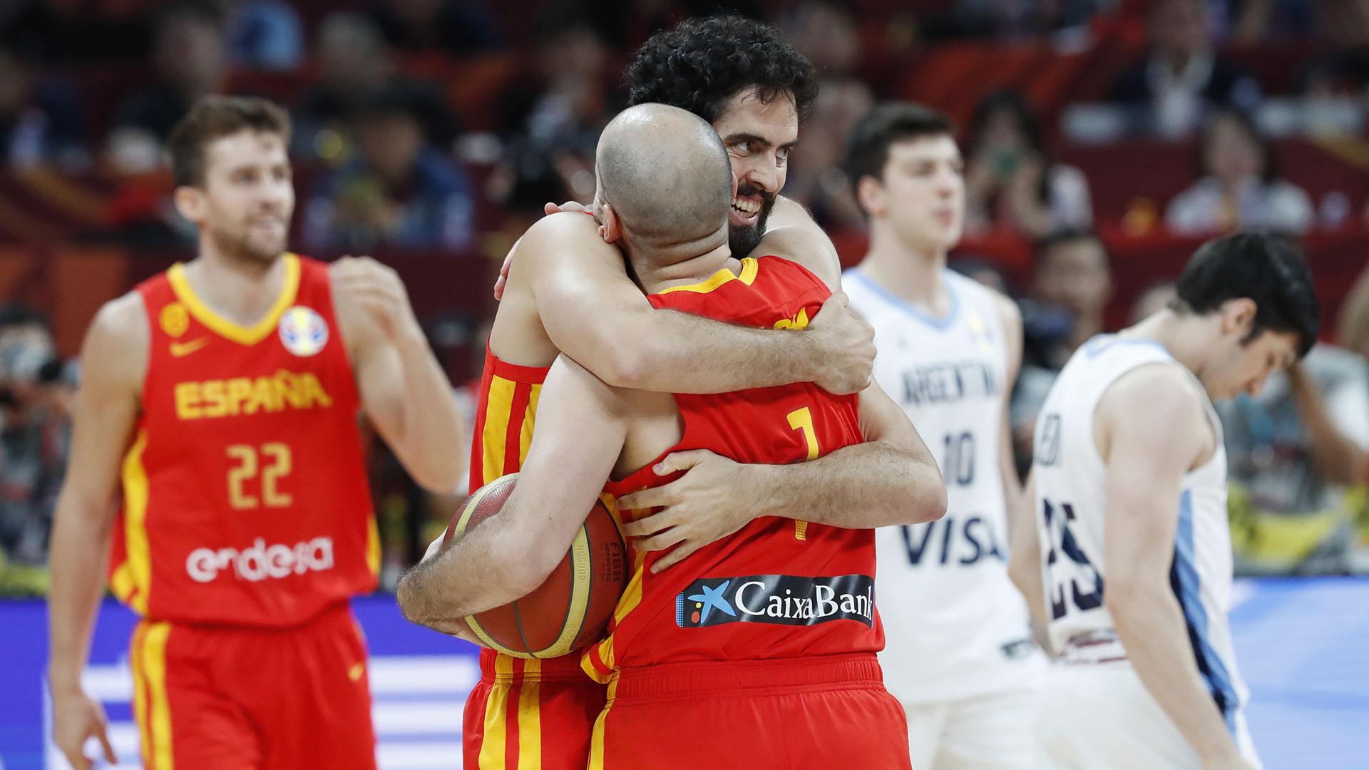 La gloria española y la tristeza argentina en una sola imagen. (Reuters)