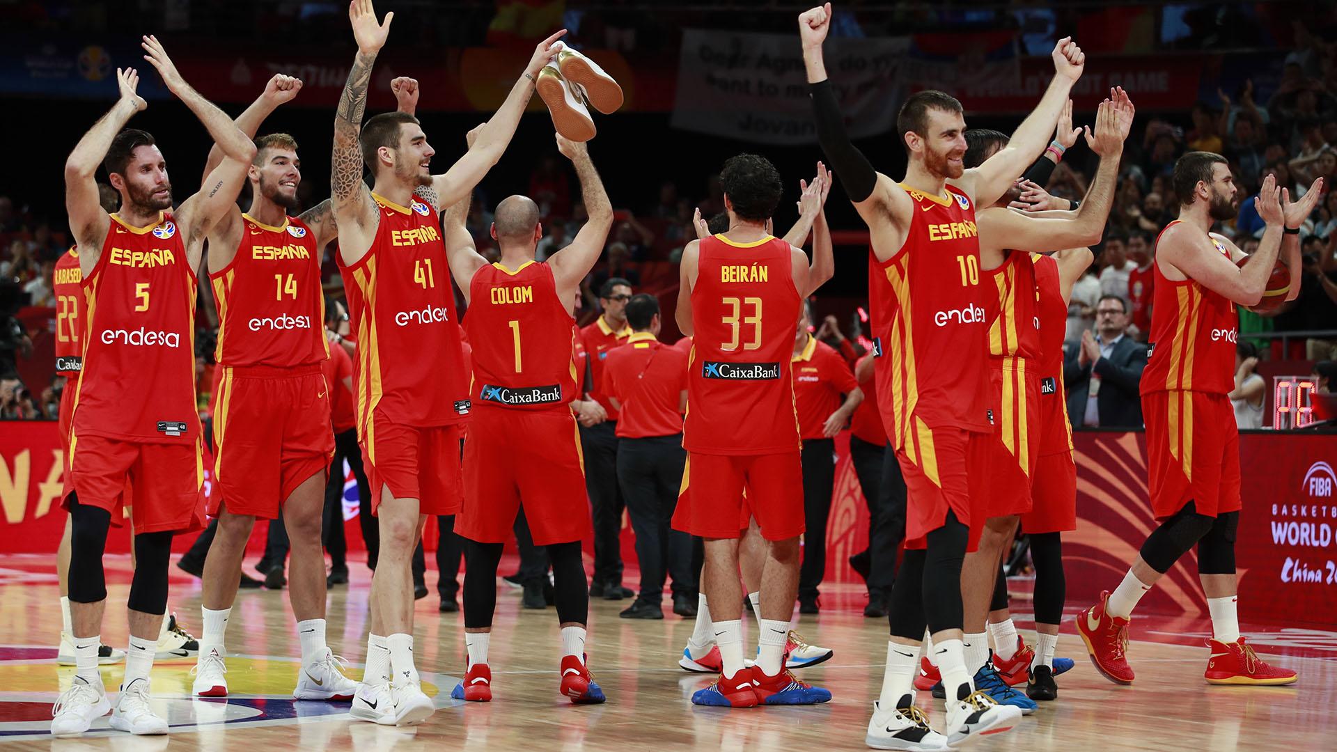 España saluda a sus simpatizantes tras ganarle 95 a 75 a la Argentina.(EFE)