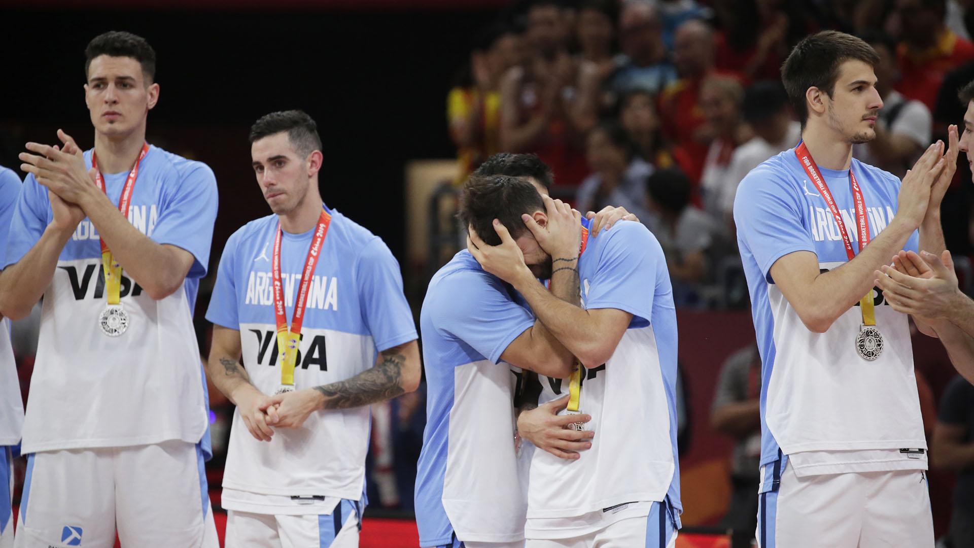 Algunos jugadores argentinos aplauden al vencedor, otros se consuelan tras la gran victoria española.(EFE)