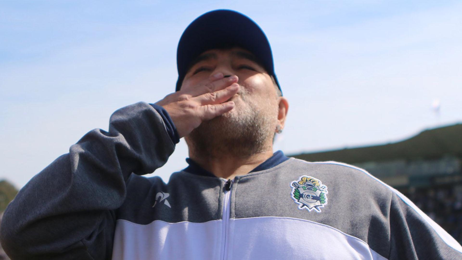 El primer beso de Diego a la tribuna