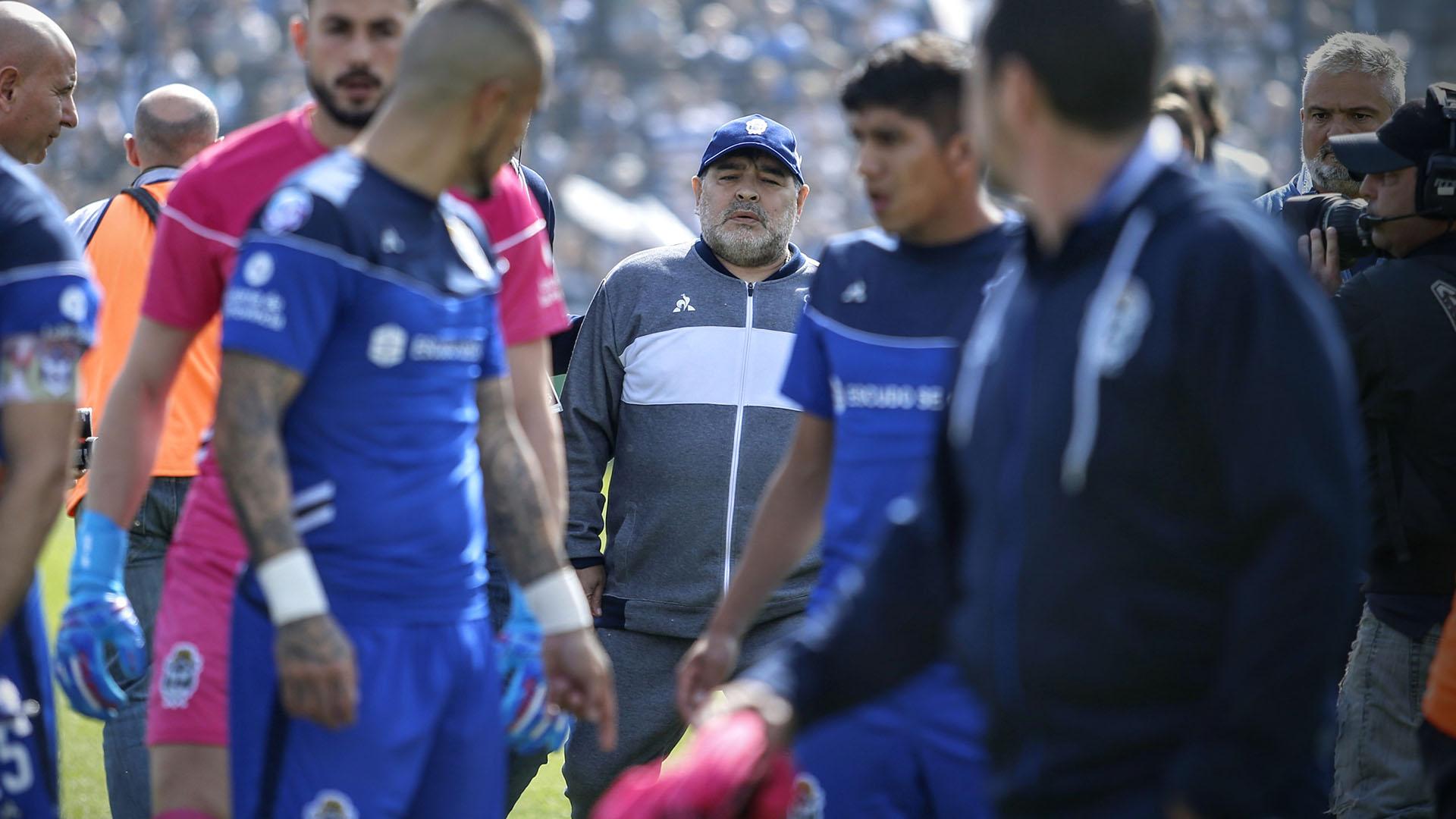 Diego, rodeado de sus jugadores en el ingreso a la cancha