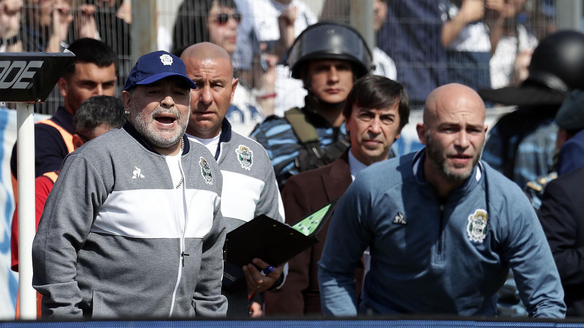 Primeras órdenes de Maradona desde el banco