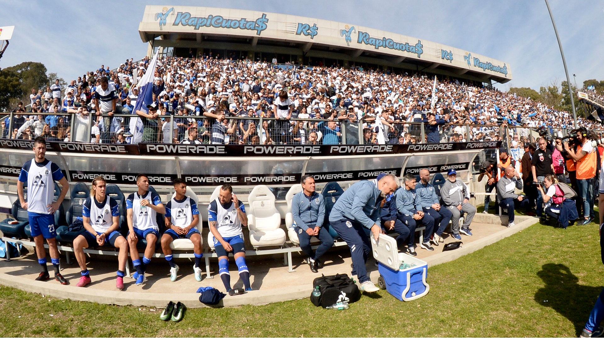 El banco del local, presidido por Diego Maradona, a la derecha