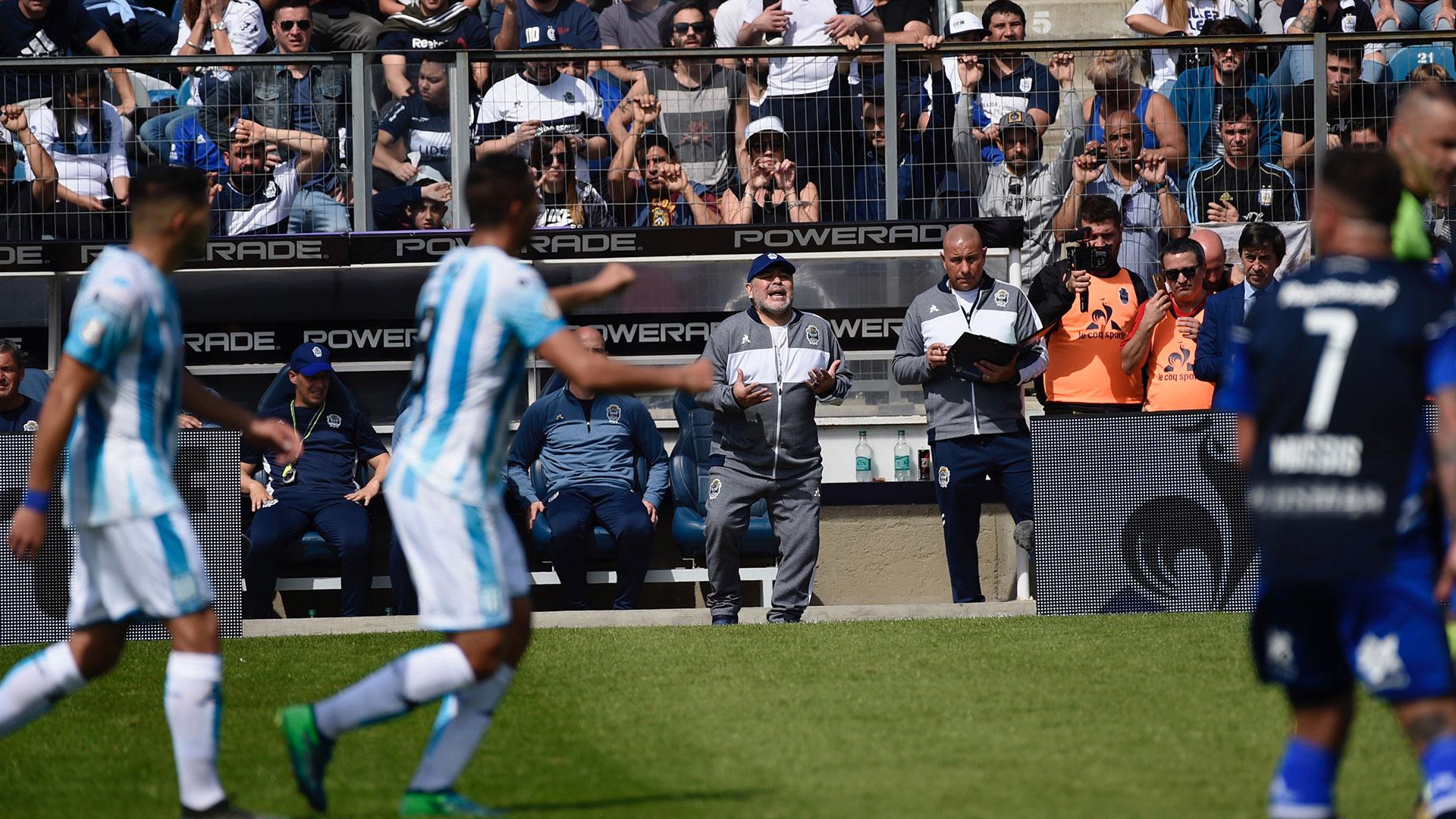 Maradona de pie, pidiéndoles acción a sus jugadores