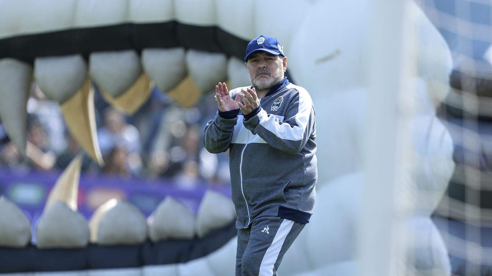 Las fauces del Lobo en la manga y Maradona adelante
