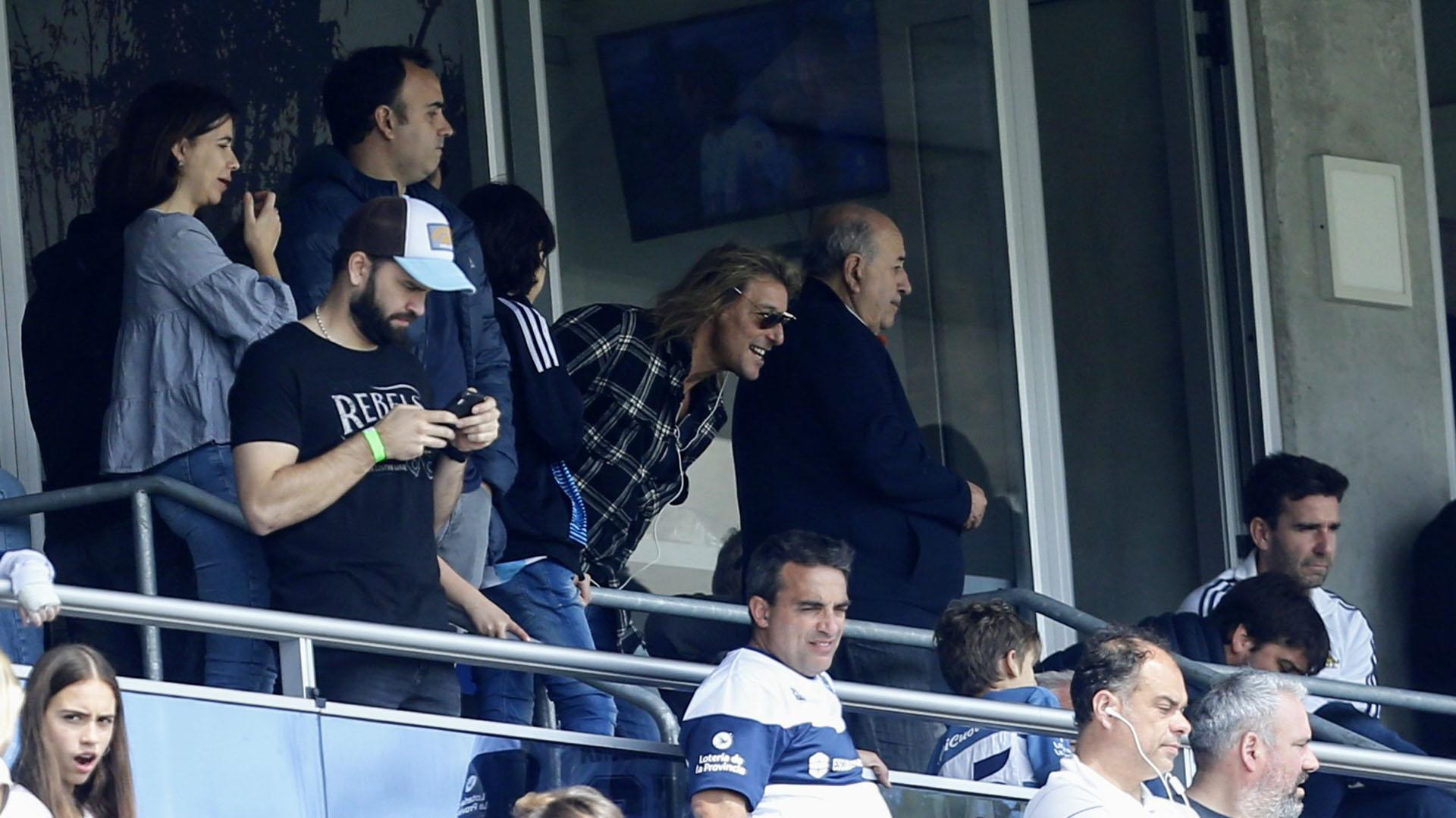 Claudio Cannigia, camisa a cuadros, no se perdió el debut de Diego en La Plata
