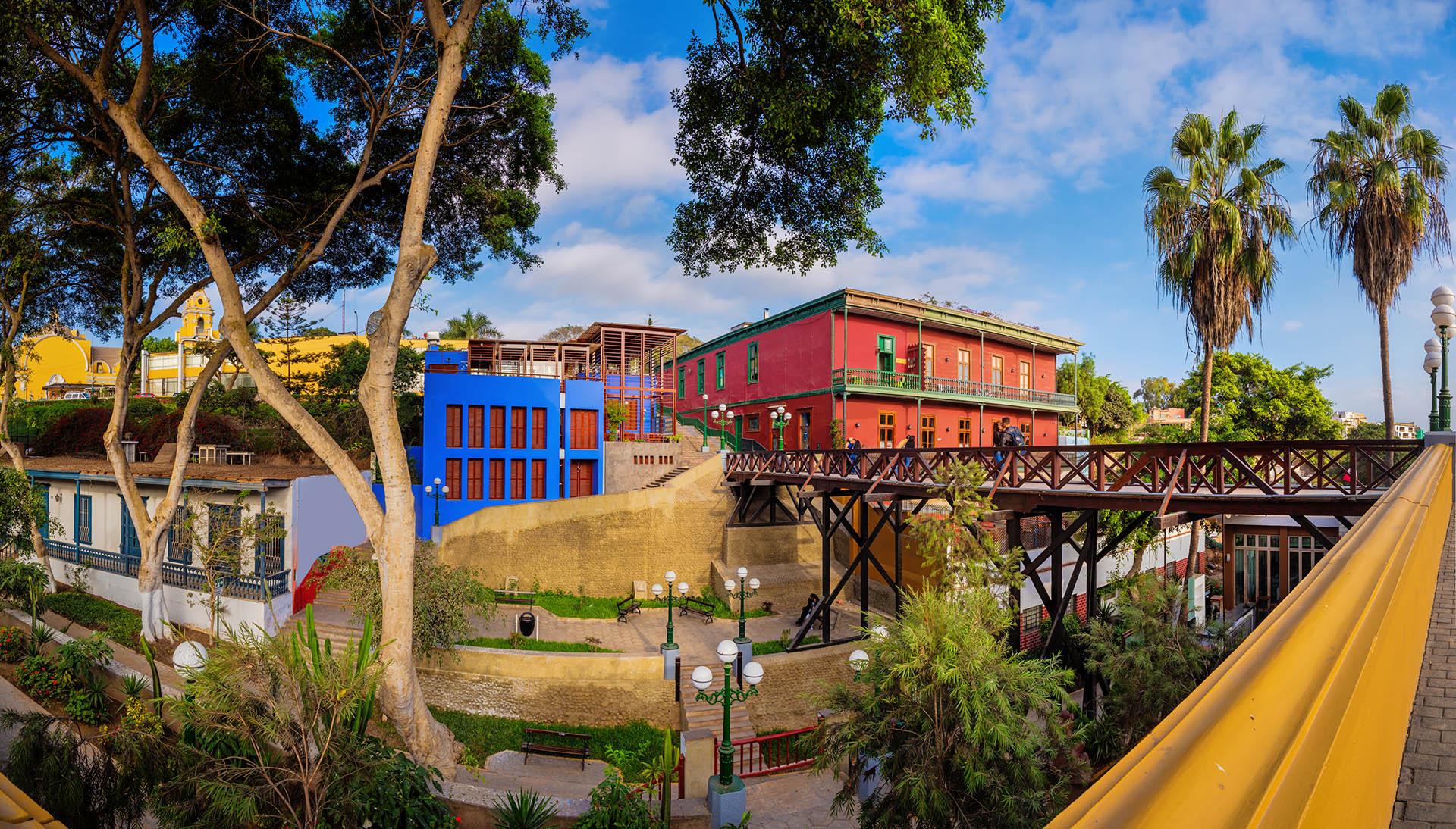 Se trata de uno de los distritos más pequeños pero a la vez más bellos y completos de Lima: Barranco, lo tiene casi todo. En susnumerosos restaurantes se puede degustar la variada gastronomía del Perú. A su vez, hay bares bohemios y discotecas