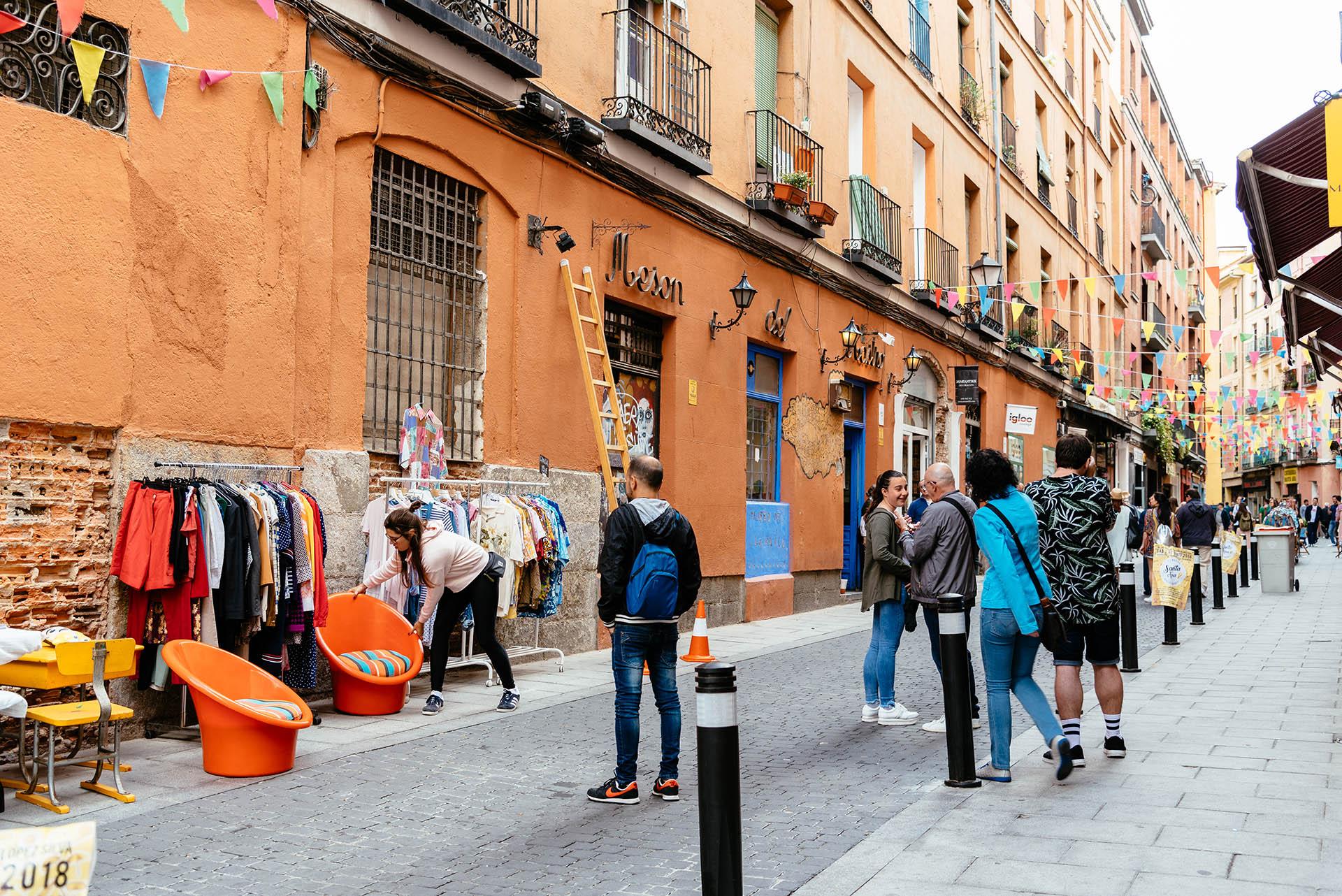 Embajadores es el barrio más diverso y animado de Madrid. Este vibrante distrito alberga floristas, arte callejero, restaurantes indios y bares que sirven tapas españolas tradicionales