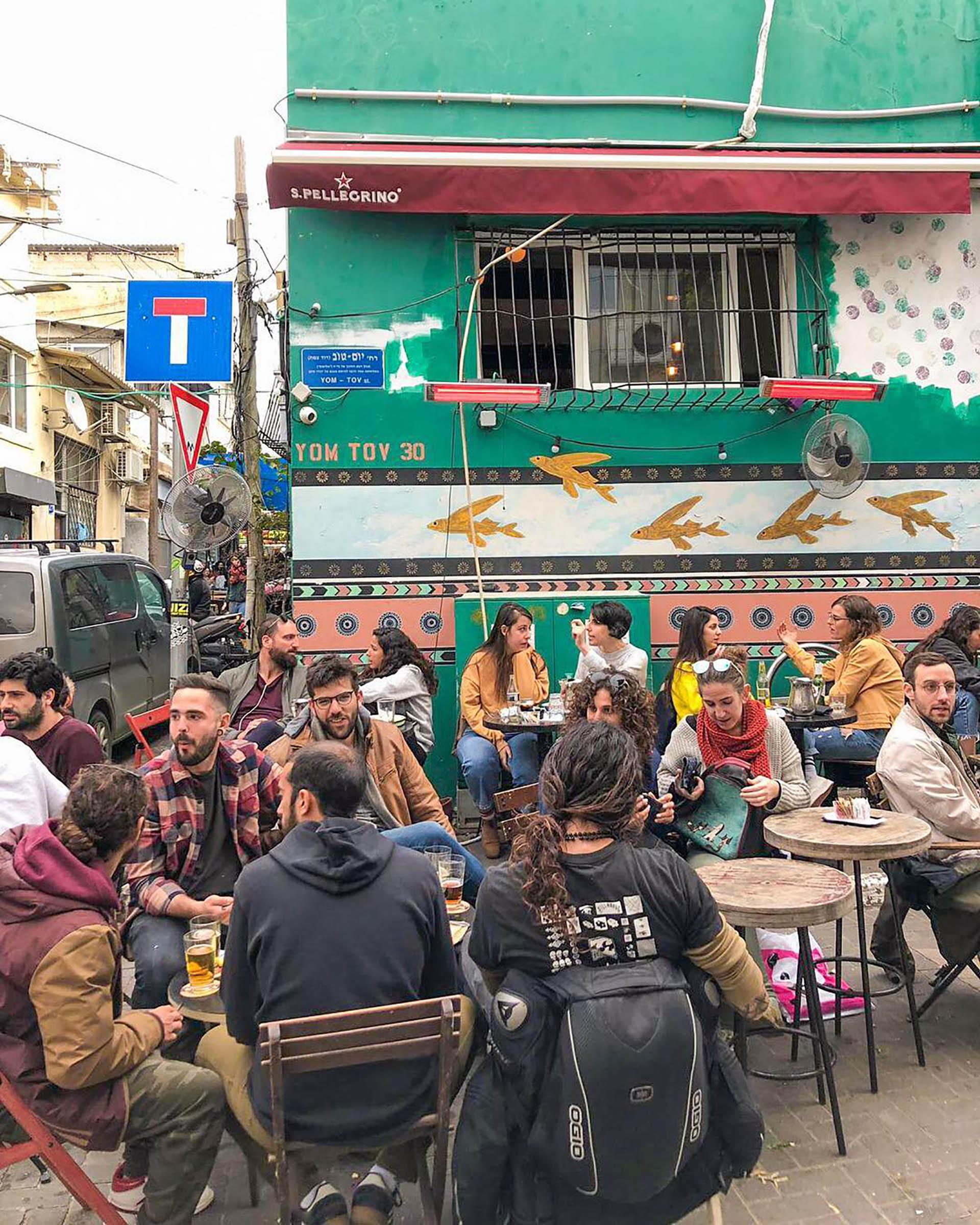Kerem Hateimanim es tan auténtico como parece, dice Time Out, con sus auténticos restaurantes yemenitas y calles tranquilas que atraen a amantes de la comida, surfistas y exploradores globales.