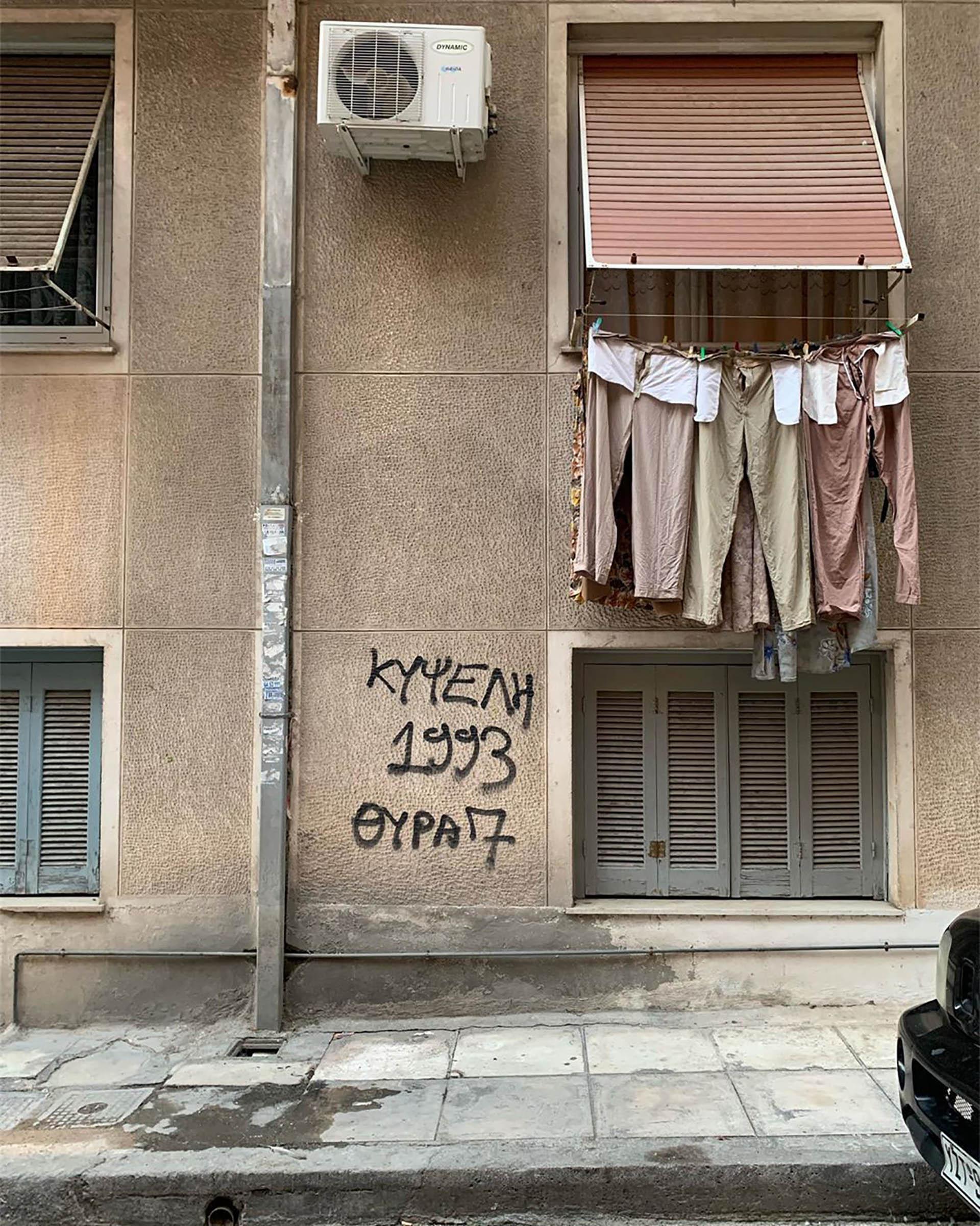 El barrio de Kypseli, al norte de la ciudad, no figura en la mayoría de las guías turísticas de Atenas; de hecho, muchos habitantes de Atenas ni siquiera lo conocen. Sin embargo, si lo que se desea es compartir la auténtica vida cotidiana del pueblo de Atenas, este es el lugar indicadp
