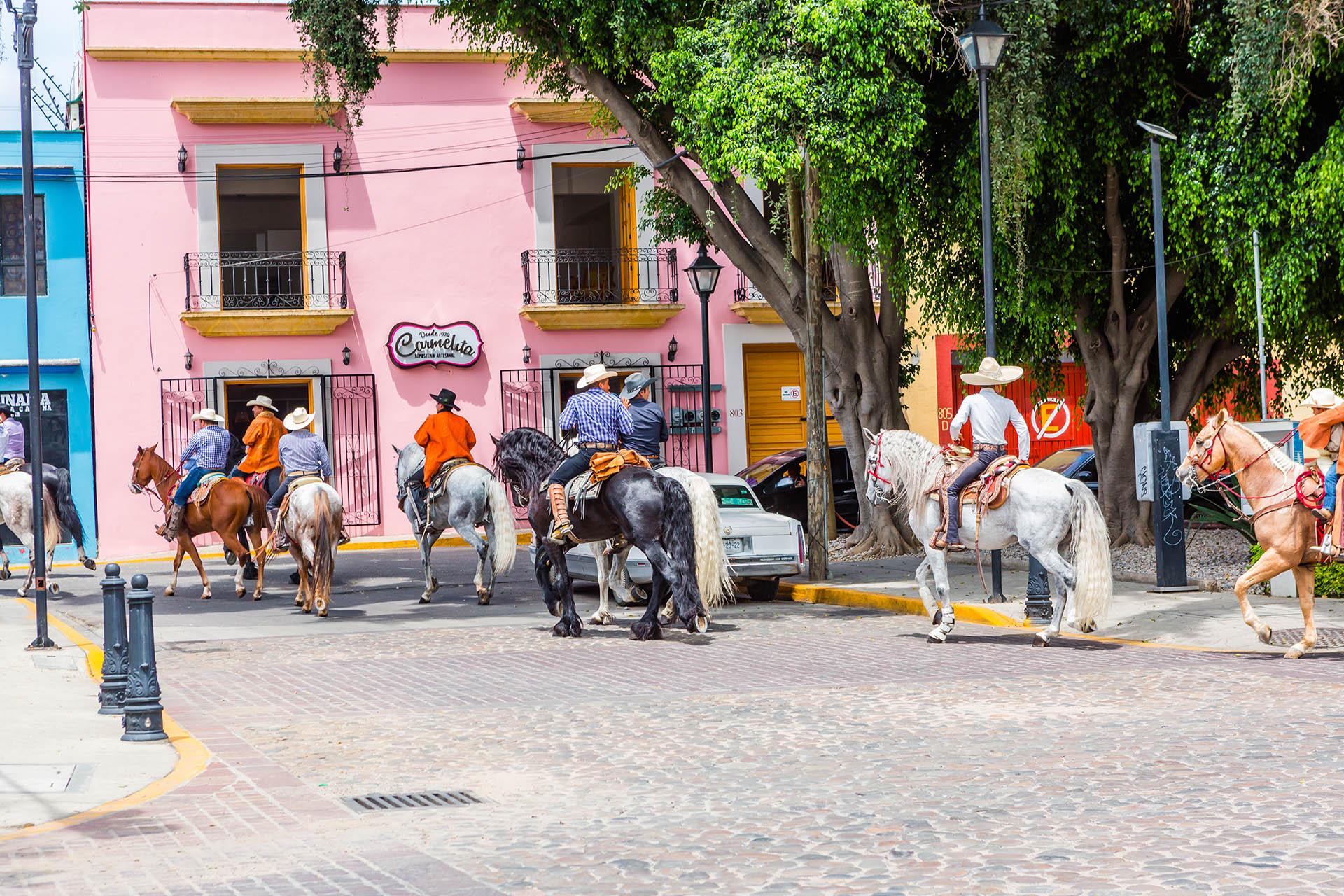 El tranquilo barrio de Jalatlaco alberga la sencilla iglesia de piedra de San Matías Jalatlaco, que data del siglo XVIII. Las calles empedradas de la zona tienen mucho encanto y están repletas de coloridas fachadas y tiendas donde se venden productos orgánicos y chocolates
