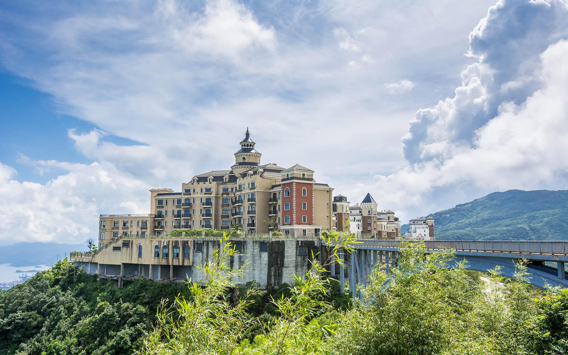 Este parque temático en la ciudad de Shenzhen se extiende unos 9 kilómetros cuadrados desde la costa hasta una montaña. Comprende Ecoventure Valley y Tea Stream Valley como las principales áreas del parque. Ecoventure Valley ofrece a los turistas una experiencia de paisaje natural y cuenta con parques acuáticos con instalaciones innovadoras de educación científica