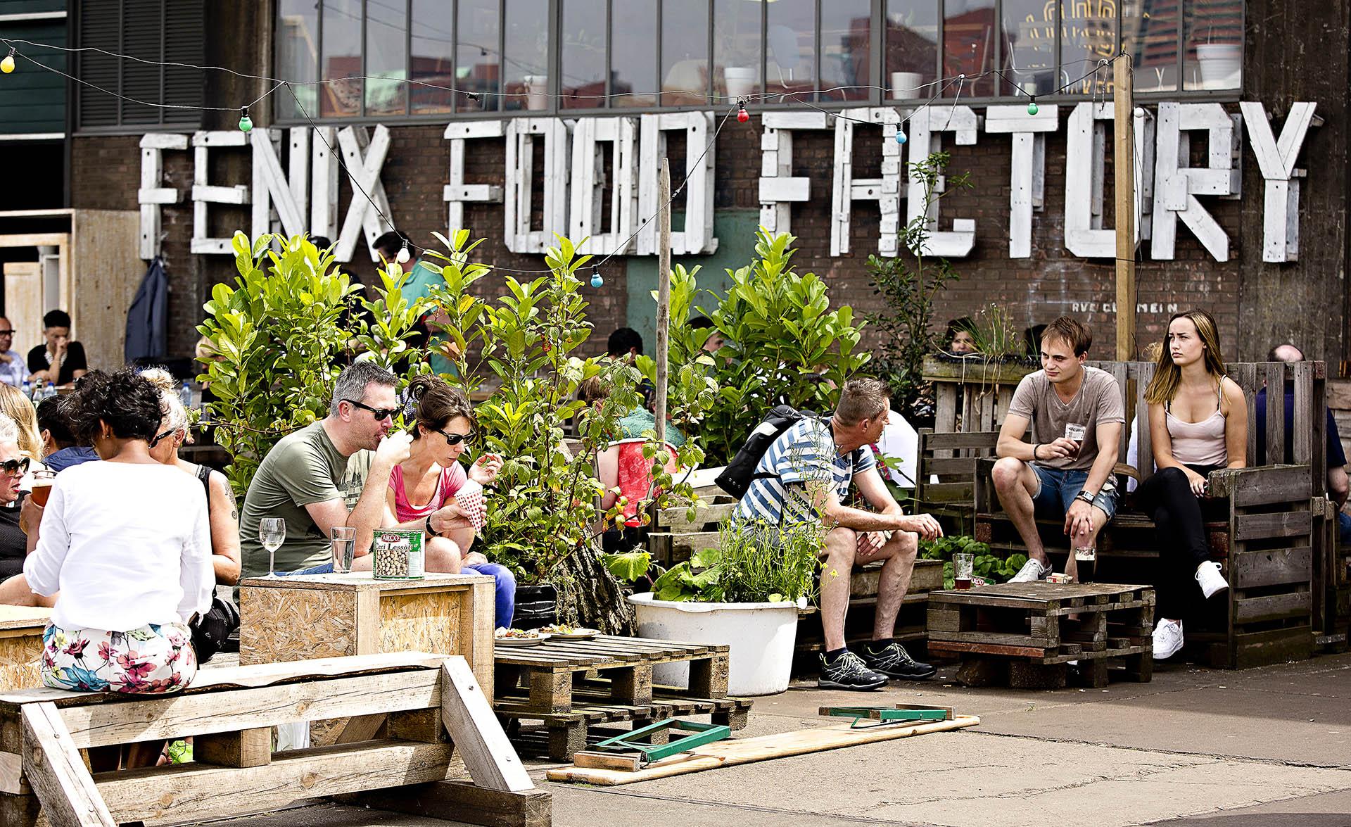 El emergente barrio portuario de Katendrecht destaca por sus restaurantes y locales de ocio ubicados en antiguas embarcaciones, incluida la famosa Fenix Food Factory