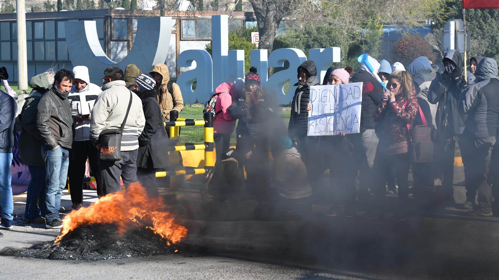 Los trabajadores estatales bloquearon esta mañana todos los accesos a la planta de aluminio Aluar, ubicada en Puerto Madryn