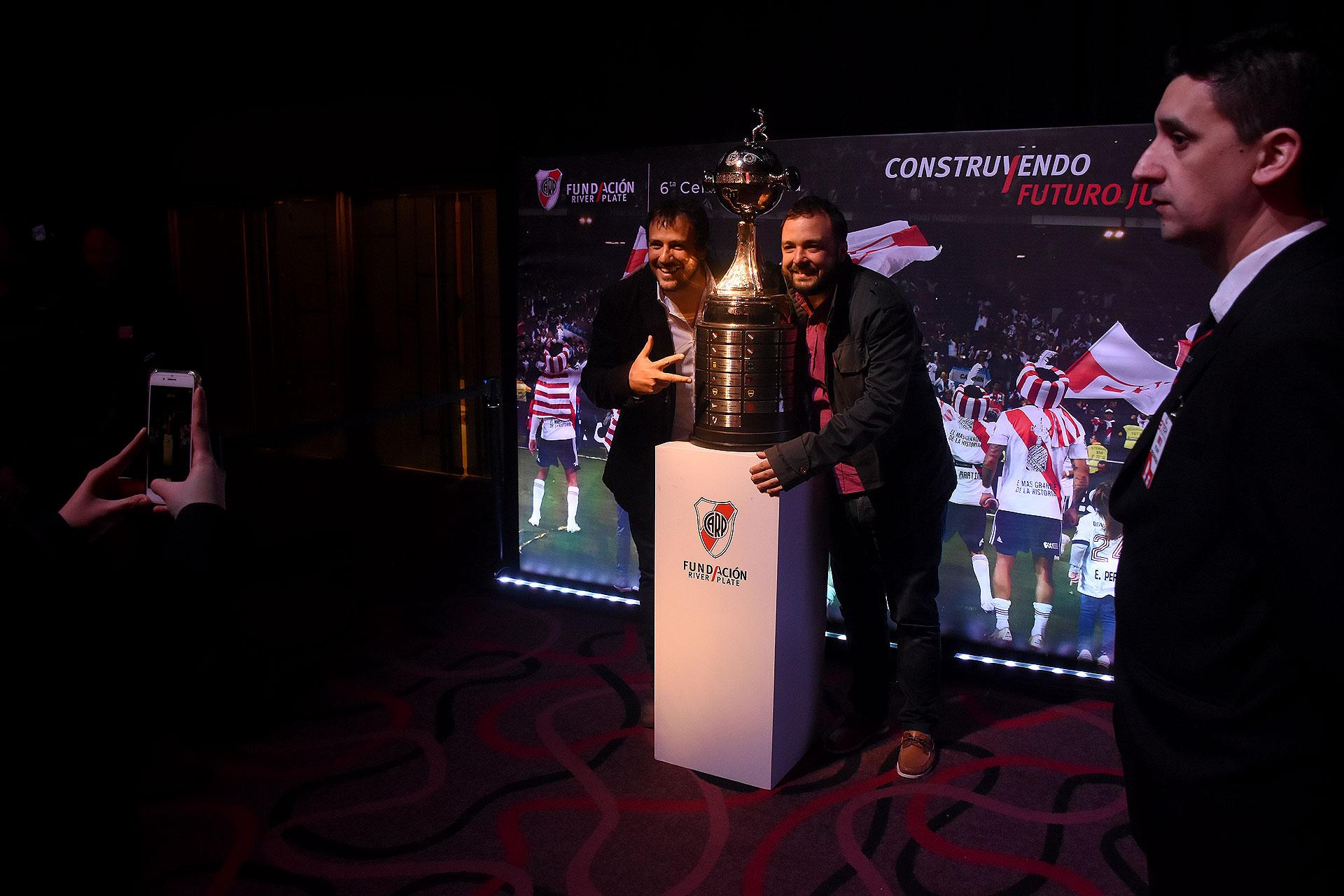 La emoción de los hinchas posando con la Copa Libertadores