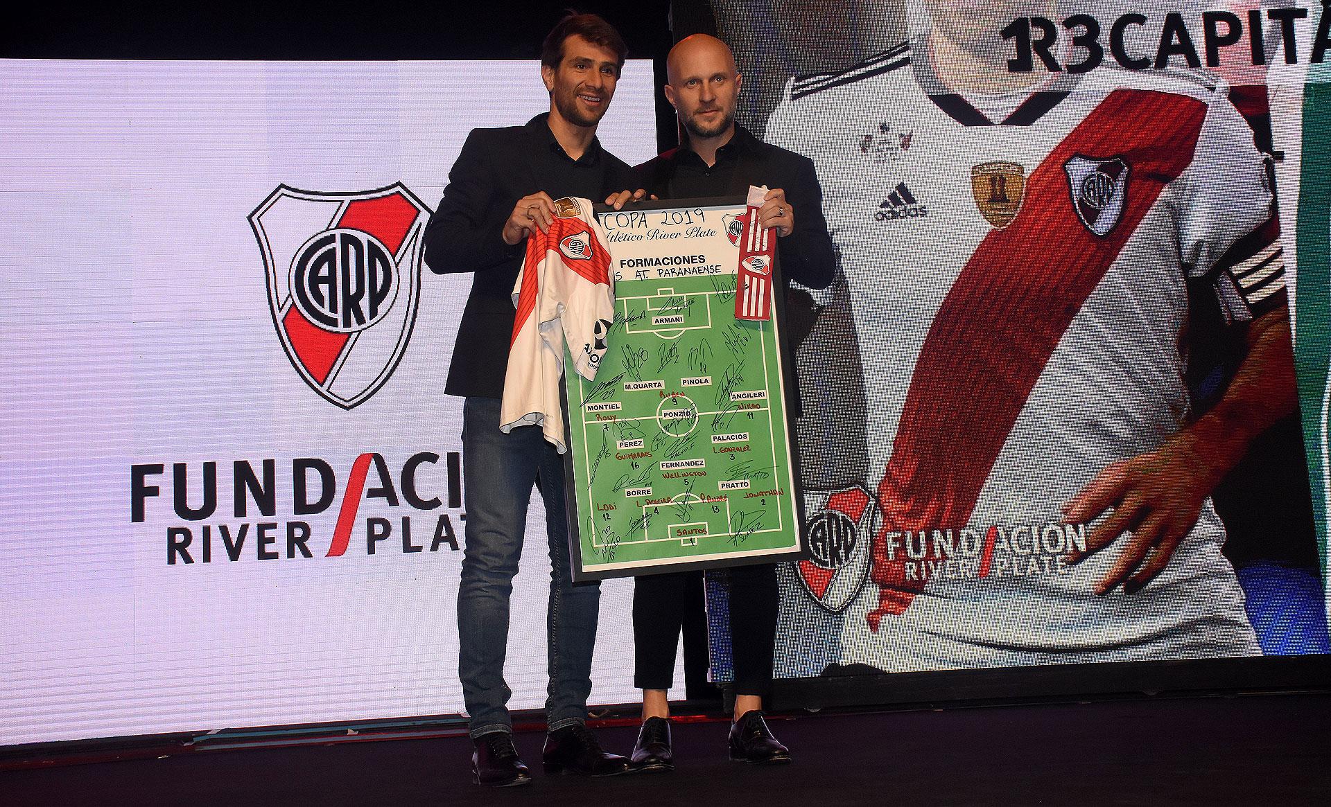 Leonardo Ponzio participó en una de las subastas de importantes objetos de River: el bosquejo de la charla técnica firmado por todos los jugadores, la camiseta y la cinta de capitán
