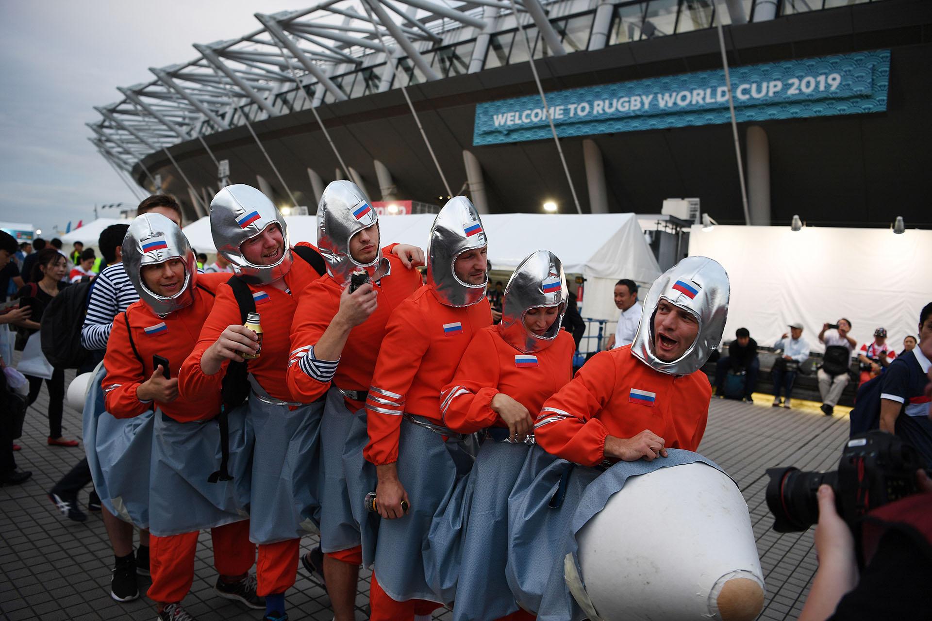 Fanáticos rusos en las afueras del Tokio Stadium (Photo by CHARLY TRIBALLEAU / AFP)