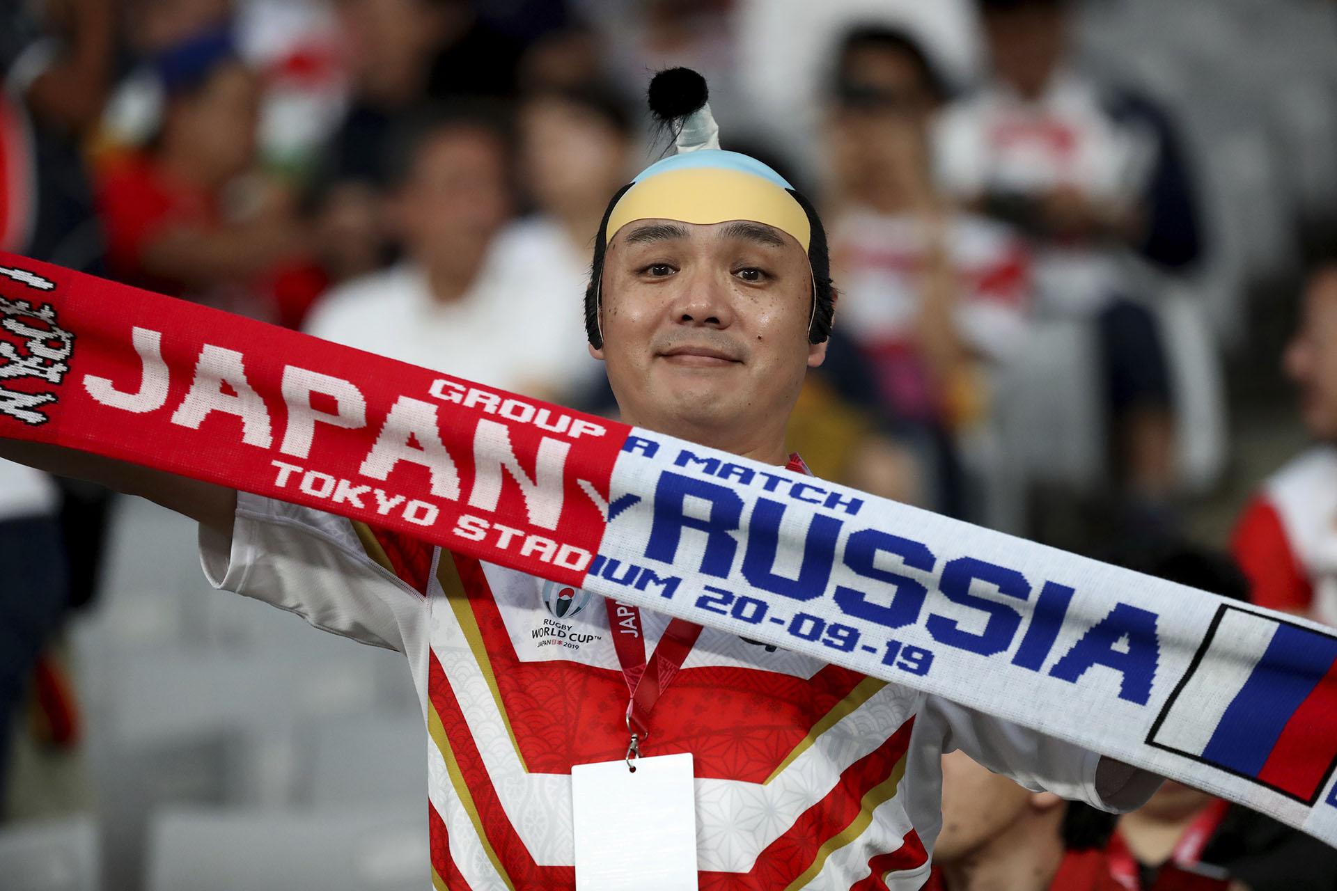 El público llegó al Tokio Stadium para ver la ceremonia de apertura y el partido inaugural entre Japón y Rusia (AP Photo/Eugene Hoshiko)