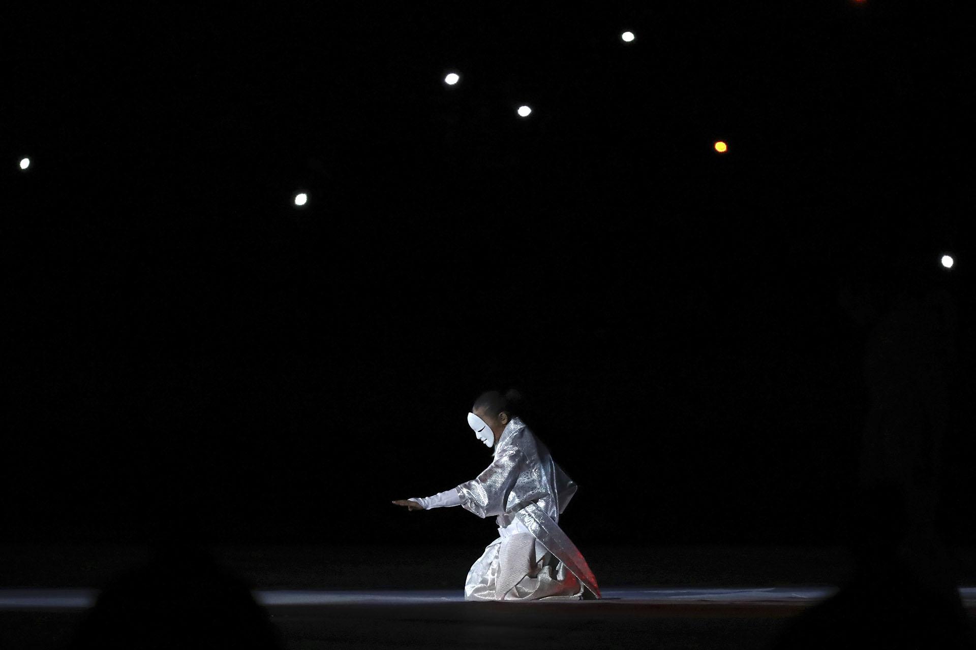 La ceremonia de apertura fue corta, pero dinámica y mostró la cultura de Japón (AP Photo/Eugene Hoshiko)