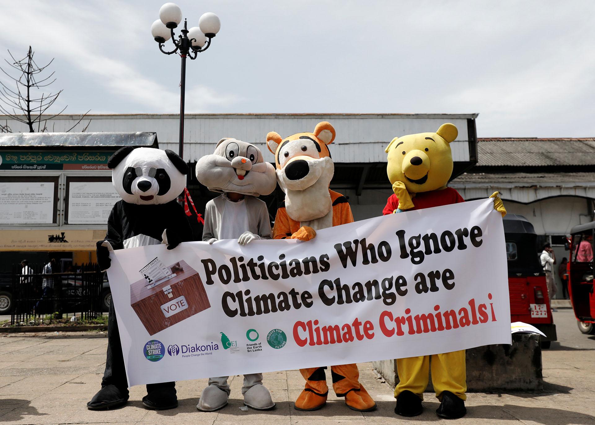 Personas disfrazadas de animales asisten a la protesta en Colombo, Sri Lanka (REUTERS/Dinuka Liyanawatte)