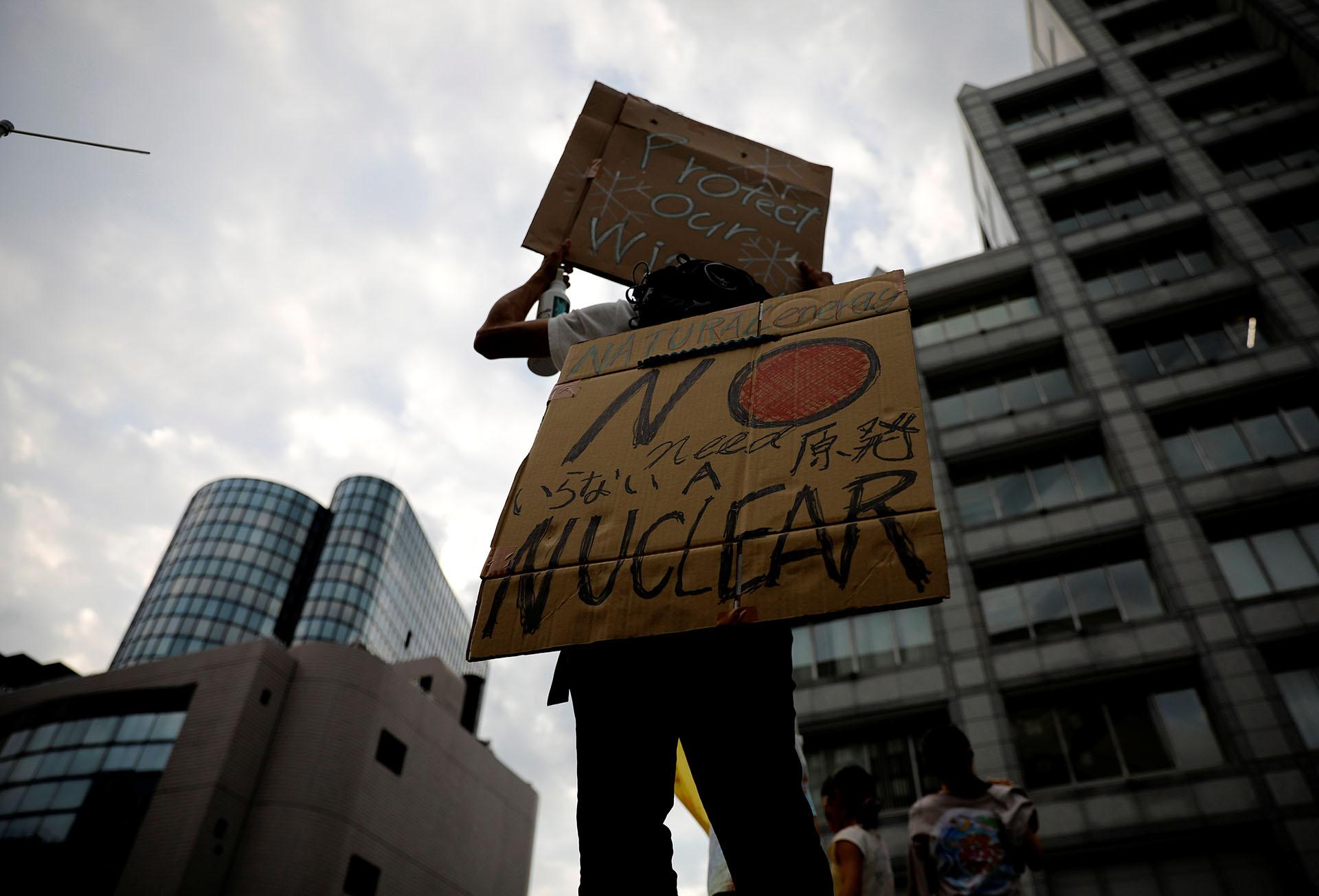 Un hombre sostiene un cartel en la versión japonesa de la Huelga Climática Mundial (REUTERS/Kim Kyung-Hoon)
