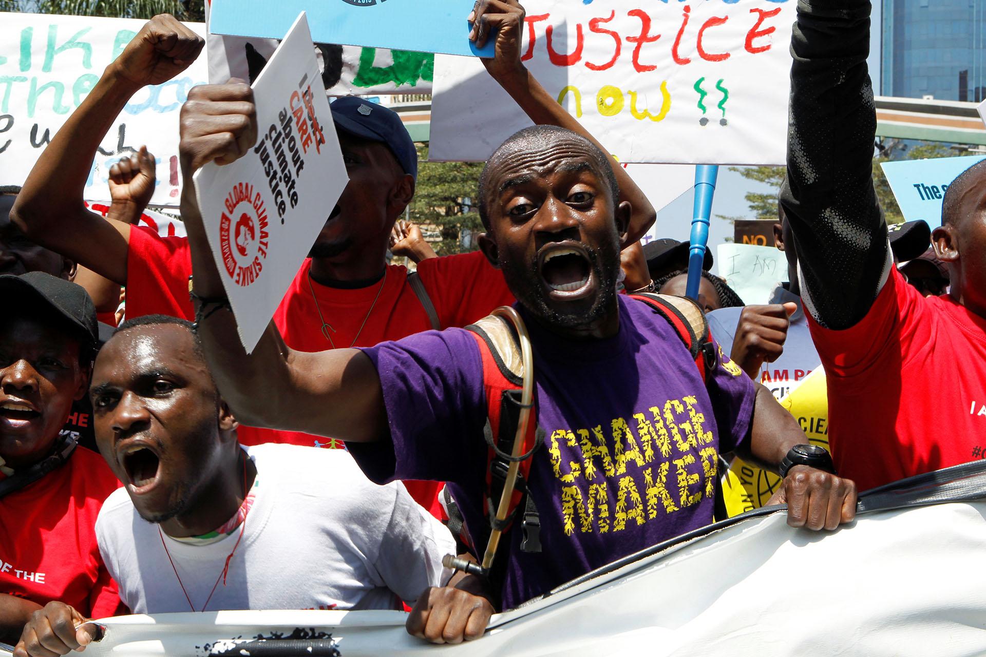 Jóvenes marchan portando pancartas en la huelga climática realizada en Nairobi (REUTERS/Njeri Mwangi.)