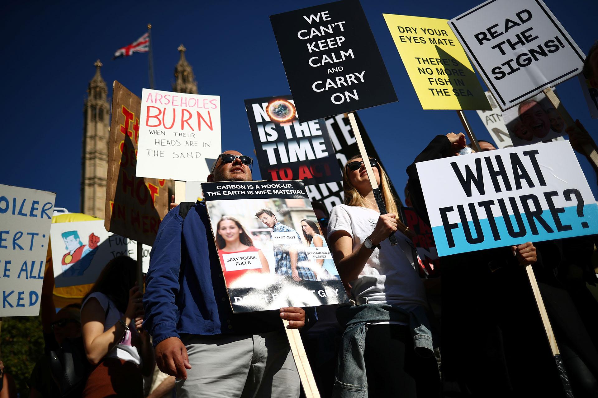 """""""¿Qué futuro?"""", se pregunta una persona a través de un cartel en Londres (REUTERS/Hannah McKay)"""