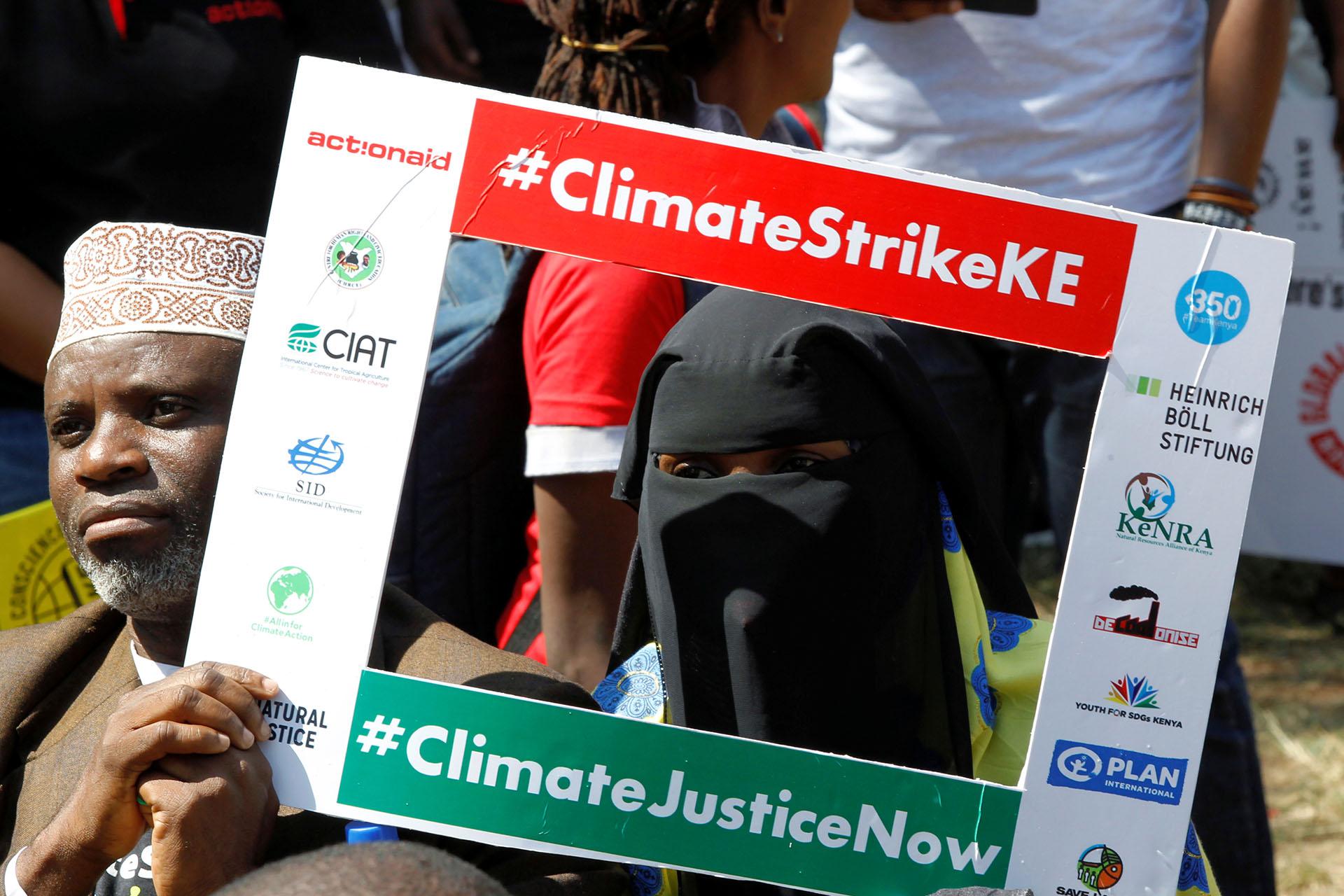 Activistas medioambientales se hacen tomar una foto en la protesta que llama a la acción sobre el cambio climático, en Nairobi, Kenia (REUTERS/Njeri Mwangi)