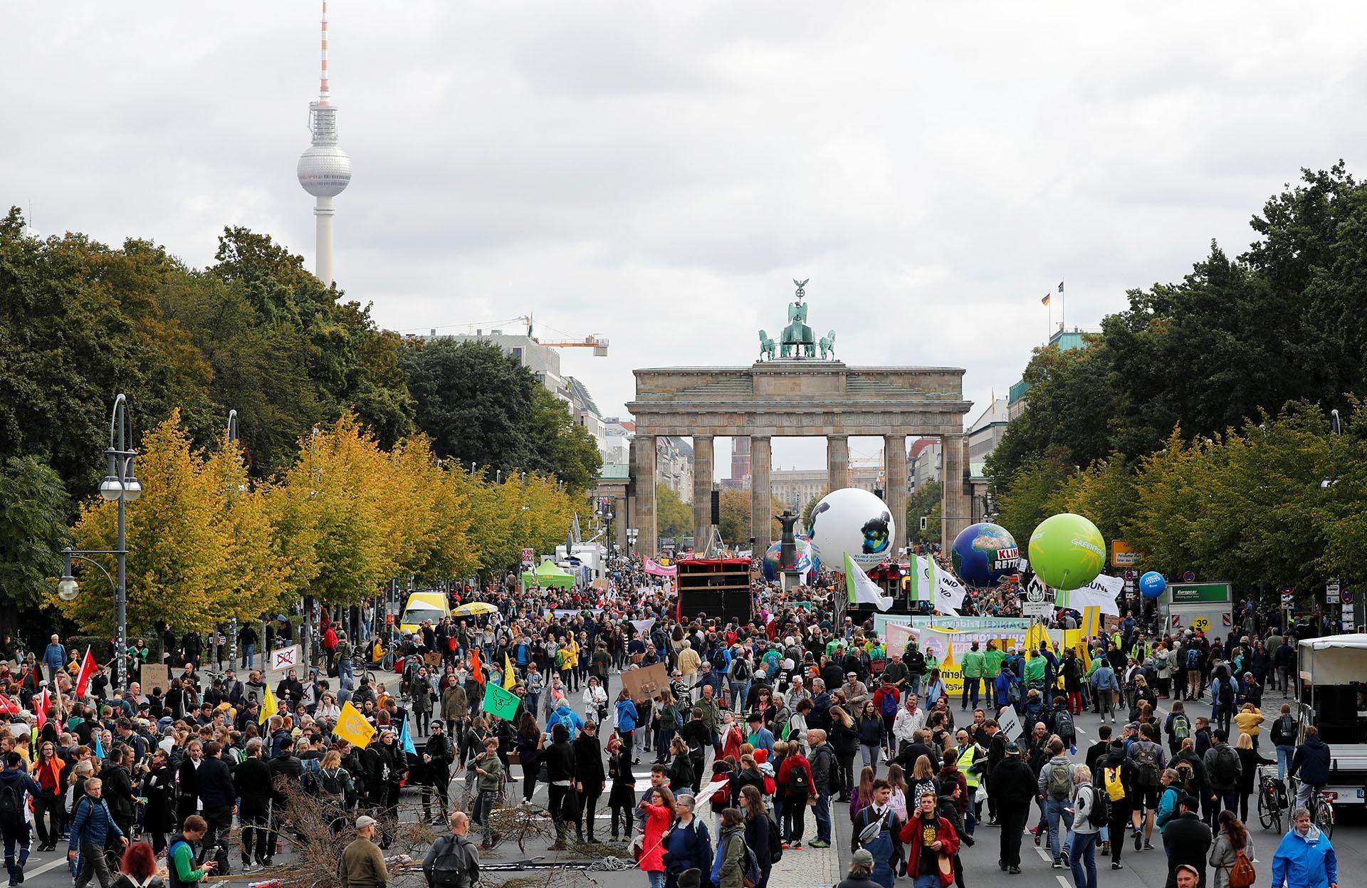 La gente se reúne frente a la Puerta de Brandenburgo paramanifestarse (REUTERS/Fabrizio Bensch)