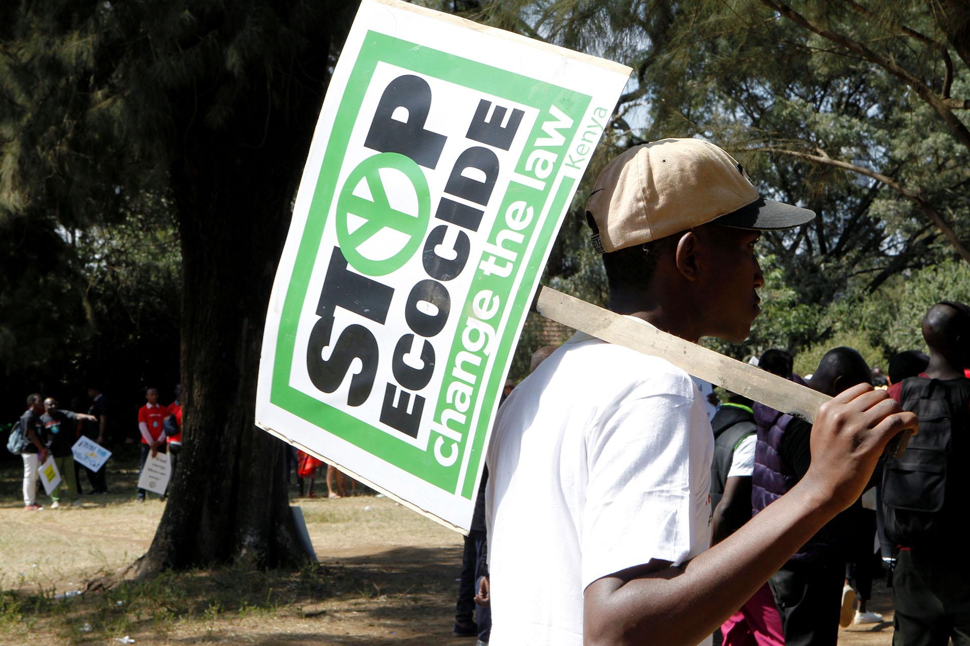 """""""Detengan el ecocidio"""" dice el cartel que lleva uno de los manifestantes en Nairobi (REUTERS/Njeri Mwangi)"""