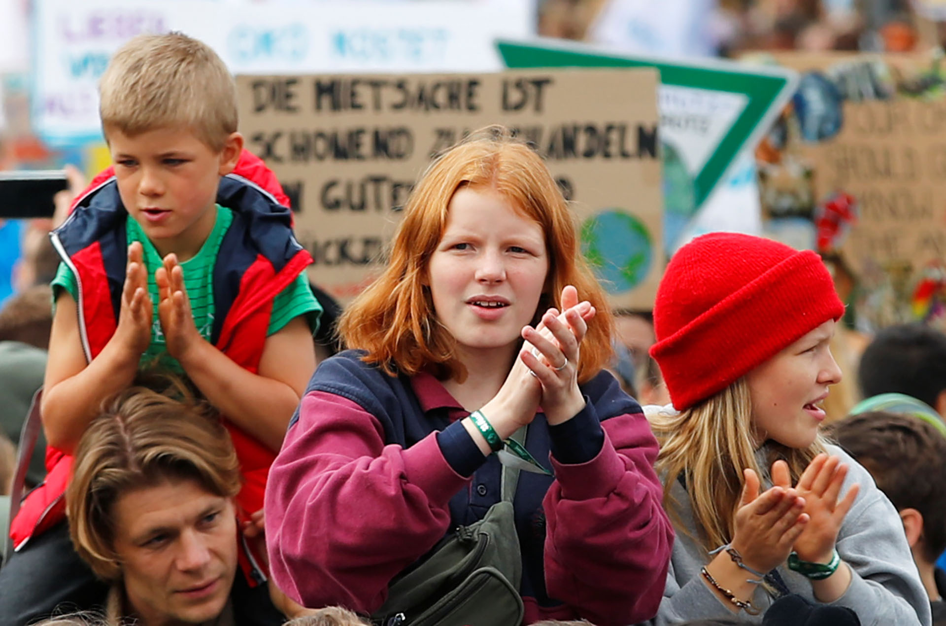 Niños y niñas participaron este viernes en la Huelga Climática Mundial del movimiento Viernes por el Futuro, en Berlín, Alemania (REUTERS/Hannibal Hanschke)
