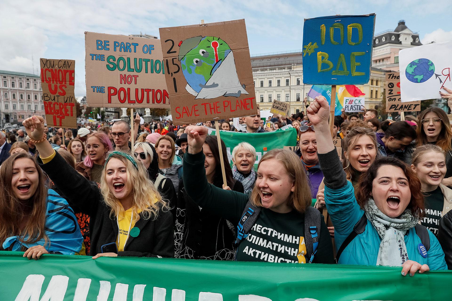 Activistas ucranianos exigen acciones contra el cambio climático, uniéndose a protestas similares a nivel mundial (REUTERS/Gleb Garanich)