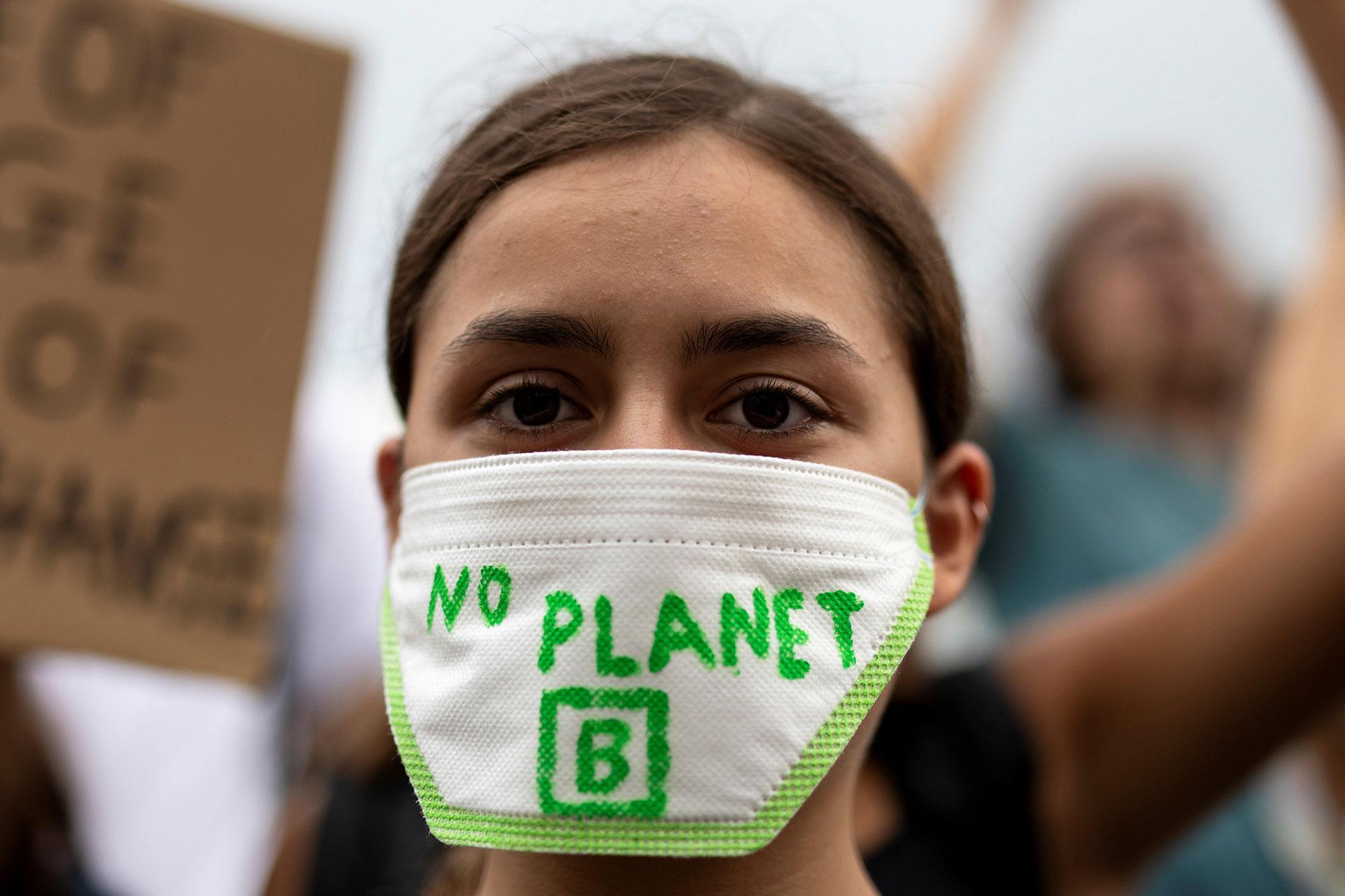 """Una estudiante llevó una máscara con la leyenda """"No hay planeta B"""" durante el mitin en Atenas (REUTERS/Alkis Konstantinidis)"""