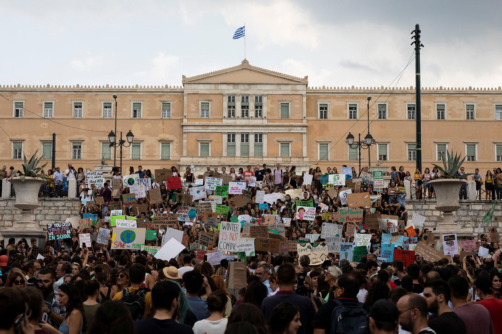 Activistas griegos de organizaciones ecologistas en la Huelga Climática Global (REUTERS/Alkis Konstantinidis)