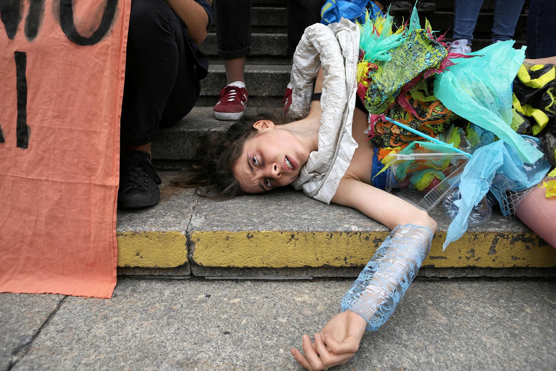 Una joven activista yace en el suelo en plena protesta en Varsovia (Maciek Jazwiecki/Agencja Gazeta via REUTERS)